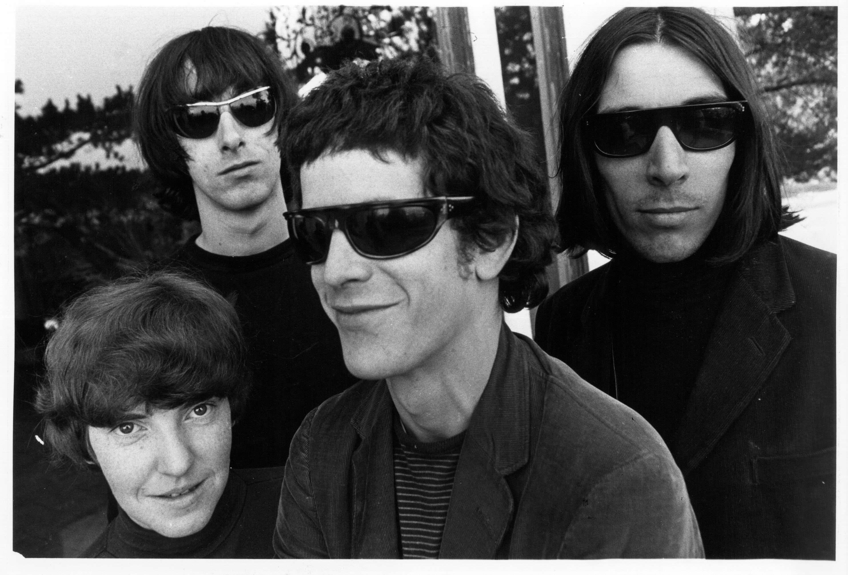 Gerard Malanga et le Velvet Underground au Castle de Los Angeles,1966.  3.Elle nous inspire par son aspect graphique Affiches de concertillustrées, pages de magazinesubversives (il est beaucoup question de filles nues et de dope), pochettes de disque, l'esthétique du Velvet Underground fut aussi importante que sa musique. Lafaute à sonproducteur-pygmalion, Andy Warhol, qui fut son véritable gourou et lia sonhistoire à celle de la sémillante Factory. Les murs noirs et la scénographie signée Matali Crasset, ainsi que les néons et les figurines en carton des membres du groupe, mettent bien en valeur l'aura de l'imagerie de la contre-culture propre à ces héros souterrains.