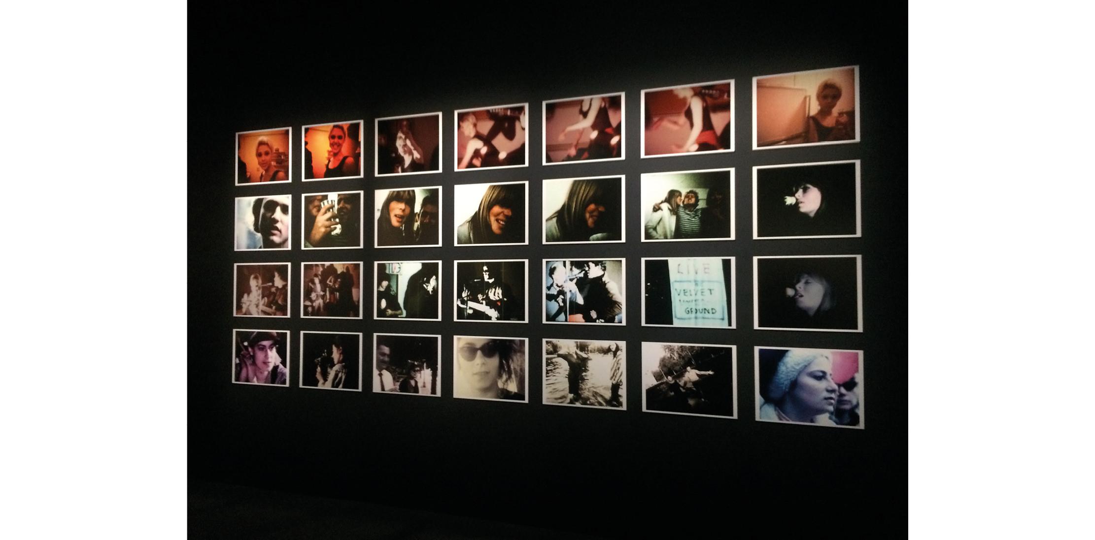 Vue de l'installation de Jonas Mekas à la Philharmonie.  4.Elle dévoile des photos rares  Formation éclair (1965-1970), le Velvet a laissé peu de documents concernant son histoire. Pourtant, New York Extravaganzapropose une belle sélection de clichés de Nat Finkelstein, de Billy Name ou de Stephen Shore montrant le groupe en live, dans les coulisses et même dans un van. On admire particulièrement celles des muses de Warhol (Edie Sedgwick, Nico, Candy Darling), qui ressemblent aux mannequins des défilés Saint Laurent par Hedi Slimane.