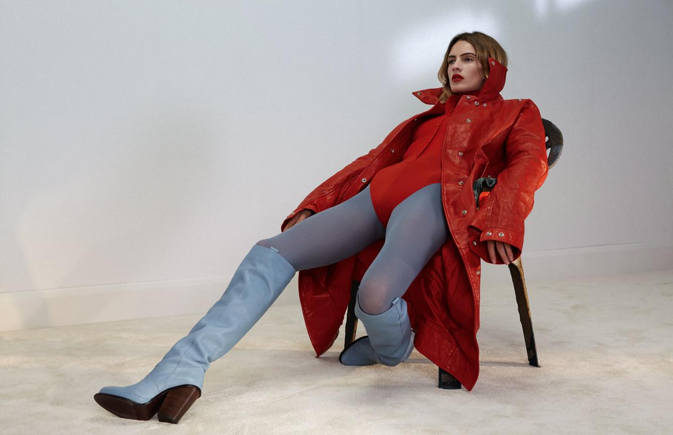 Manteau en cuir, ACNE STUDIOS.Body, NINA RICCI. Collant,WOLFORD. Bottes, LACOSTE.