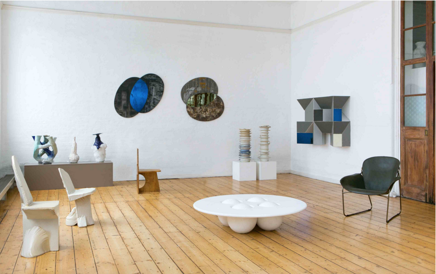 """La galerie éphémère Fumi  Pour la 8ème année consécutive, la galerie londonienne Fumi dévoile sa sélection pointue d'artistes contemporains à Porto Cervo. L'espace d'un été vous pourrez donc découvrir aussi bien le mobilier de Christopher Jenner et sa """"Rush Chair"""" que la sublime tapisserie de Kusta Saksi intitulée """"Hiding in plain sight"""". Ces oeuvres d'art évoluent dans un cadre extrêmement lumineux, l'espace d'exposition étant composé de nombreuses fenêtres et grandes baies vitrées. L' atmosphère y est aérienne et propice au vagabondage entre les oeuvres.  http://galleryfumi.com/"""