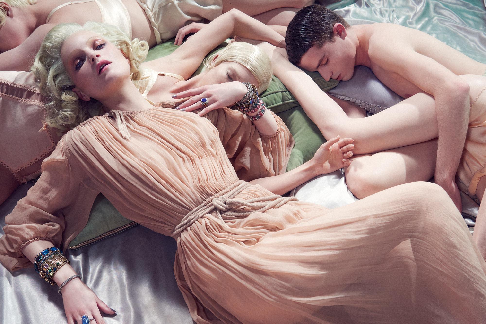 Robe plissée en mousseline de soie lavée et ceinture, LANVIN. Bijoux vintage.