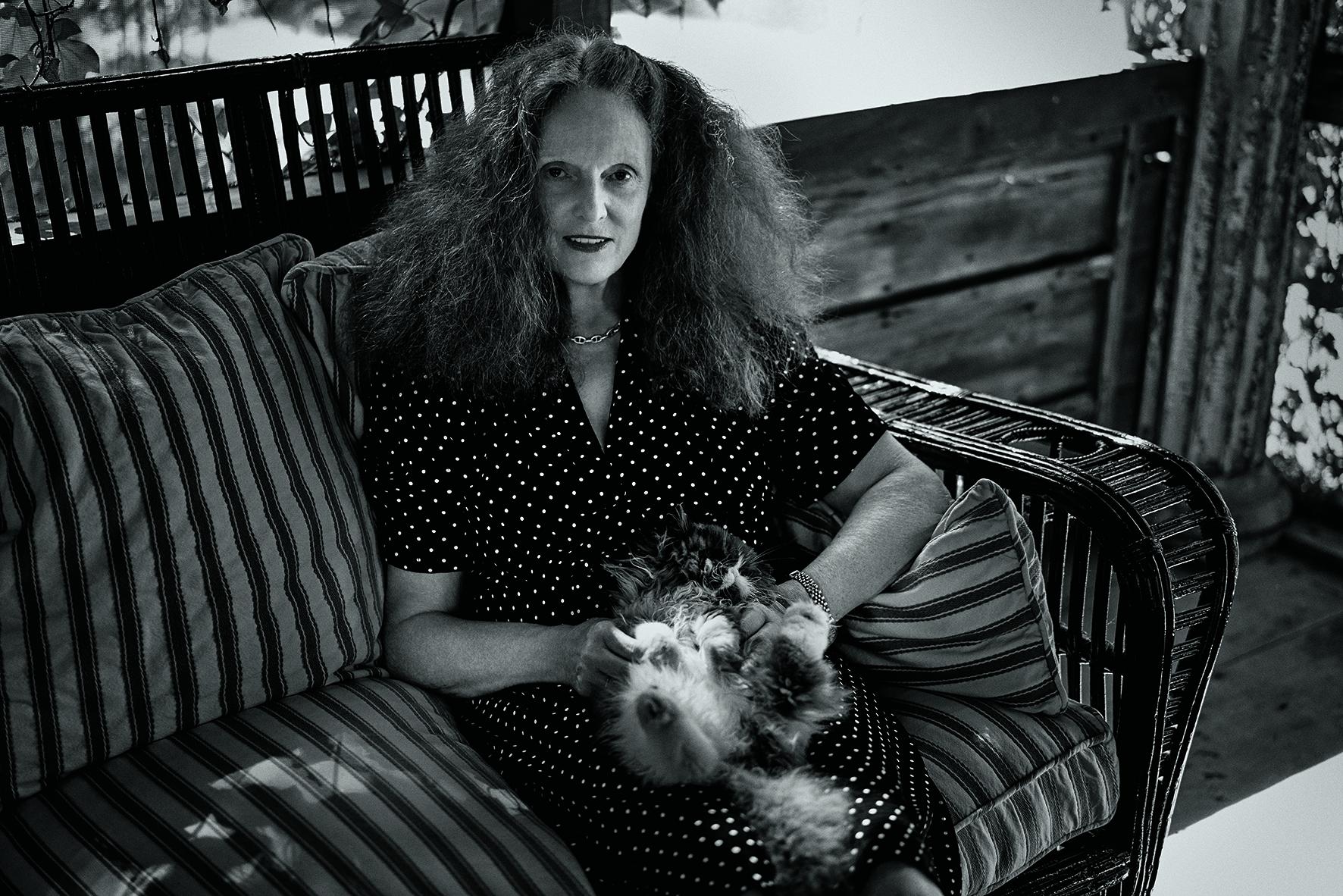 """Grace Coddington photographiée par Fabien Baron.  Figure incontournable de la mode reconnaissable à sa flamboyante chevelure rousse, Grace Coddington a incarné pendant trente ans l'âme du Vogue américain aux côtés d'Anna Wintour.En tant que directrice artistique, elle a travaillé avec les plus grands photographes de mode et imposer sa vision irrévérente à l'industrie toute entière.  Dans cet ouvrage, elle se confie sur ses treize dernières années au Vogue à travers des anecdotes personnelles et des commentaires éclairés sur ses rencontres avec les plus grands artistes et célébrités de notre époque comme Jeff Koons, Kanye West ou Keira Knightley.  Les séries mode illustrant le livre rendent hommage à dix-sept des grands photographes avec lesquels elle a collaboré sur cette même période, parmi lesquels Steven Meisel, Annie Leibovitz, Craig McDean, David Sims, Mario Testino, Marcus Piggot et Mert Alas…  Grace, Les Années """"Vogue"""" américain de Grace Coddington, 408 p., éd. Phaidon.  Séance de dédicace exceptionnelle chez Colette Le vendredi 30 septembre de 18h à 20h Colette - 213, rue Saint-Honoré - Paris I  Par Léa Zetlaoui"""