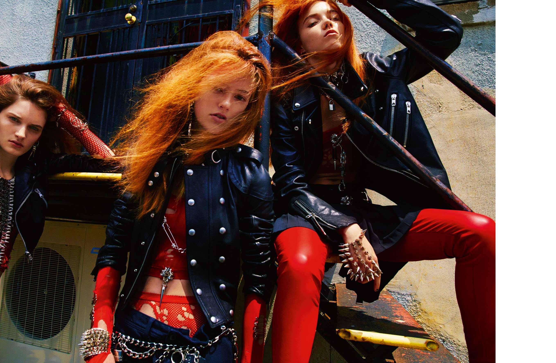 À gauche: mini-blouson en cuir, DIESEL BLACK GOLD. Résille, WE LOVE COLORS. Au centre: blouson en cuir et métal, et pantalon bondage en coton, DIESEL BLACK GOLD. Résille, WE LOVE COLORS. Àdroite: blouson zippé et jupe plissée en cuir, DIESEL BLACK GOLD. Pantalon en cuir, TRIPPNYC. Résille, WE LOVE COLORS. Bijoux, ceintures et pin's, ERICKSON BEAMON.
