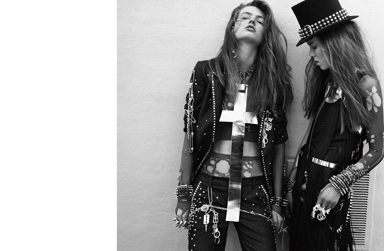 À gauche: veste et pantalon en flanelle cloutée, ZADIG&VOLTAIRE. Àdroite: robe en soie frangée, ROBERTO CAVALLI. Résille, WE LOVE COLORS. Bijoux, ceinture, pin's, harnais et chapeau, ERICKSON BEAMON.    Retrouvez cette série dans son intégralité dans leNuméro Darkde septembre2015, disponible actuellement en kiosque et sur iPad.   →Abonnez-vous au magazine Numéro →Abonnez-vous à l'application iPad Numéro   Réalisation: Bill Mullen assisté de Raquel Medina-Cleghorn. Mannequins: Briley Jones chez Next Models Paris. Carly Moore chez The Society Management. Emmy Rappe chez IMG Models Paris. Maquillage: Mariel Barrera chez Joe Management. Coiffure : Nicolas Jurnjack pour Fixing Mousse Artiste et Extra-Firm Hold Hair Spray Prestance d'Eugène Perma chez Management + Artists. Manucure: Alicia Torello pour Chanel chez TheWall Group. Décor: Lou Asaro chez Marek&Associates. Numérique: Ryan Due chez Capture This. Retouche: Revolver NYC. Production: Ernesto Qualizza.