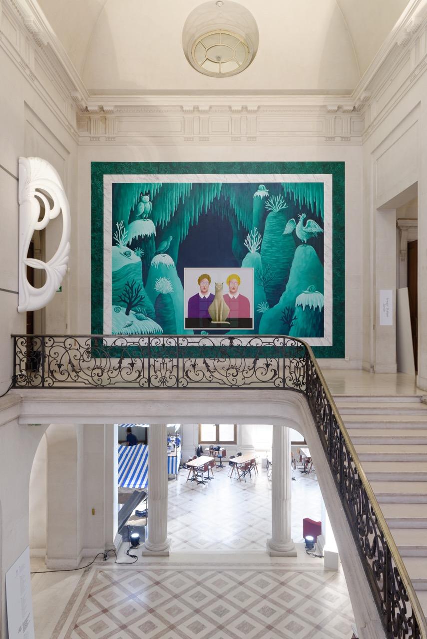 Vue de l'installation de la galerie Gregor Staiger à la foire Paris Internationale en octobre 2016. Au centre : Nicolas Party. A gauche : une œuvre deSonia Kacem. Courtesy Gregor Staiger. Photo Aurélien Mole