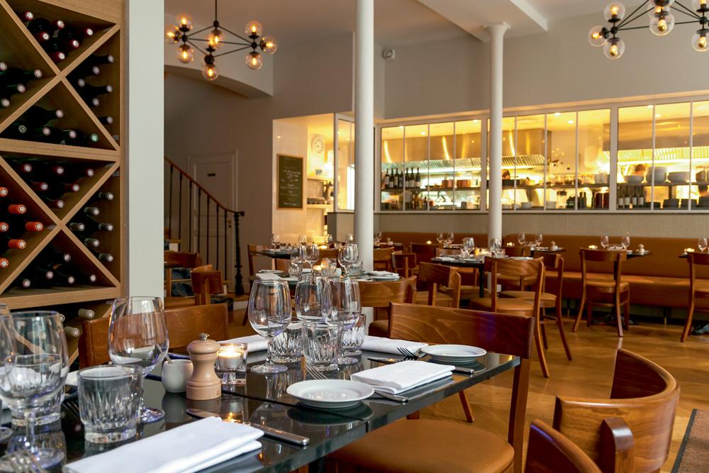 RAE'S   Passionné et généreux, Vincent Rae, déjà bien connu à Bali et en Australie pour ses néo-brasseries cool et branchées, ouvre son premier restaurant parisien dans le Sentier. Cuisine ouverte, sublime bar à cocktails, mobilier raffiné, Rae's concentre, sur deux étages,tous les codes de l'élégance parisienne. Côté cuisine, le chef nous offre un tour du monde culinaire autour des produits de la mer et allie avec harmonie les gastronomies française, asiatique et surtout italienne.   Page facebook 39, rue des Jeûneurs, Paris IIe.