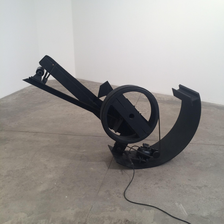 Vue de l'exposition Jean Tinguely à la galerie Vallois jusqu'au 29 octobre.   À travers ses fameuses sculptures et reliefs animés réalisés à partir d'objets technologiques et de ferrailles récupérés, Tinguely s'attaquait cette fois-ci à la société de consommation. Il assignait à ces déchets et rebuts une nouvelle destinée, entre recyclage et hommage à l'art brut. Il les faisait surtout accéder de manière très ironique au statut d'œuvres d'art sacrées. La composition picturale des éléments assemblés (ferrailles, plastique coloré, etc.), ainsi que les mouvements et les sons ainsi créés participaient à l'élaboration d'une poésie nouvelle. Avec ses œuvres Méta-Matics et méta-mécaniques, l'artiste suisse révélait sa double face: sale gosse et magicien des temps modernes.  Jean Tinguely à la galerie Vallois, jusqu'au 29 octobre, 33 et 36 rue de Seine, Paris 6e. www.galerie-vallois.com
