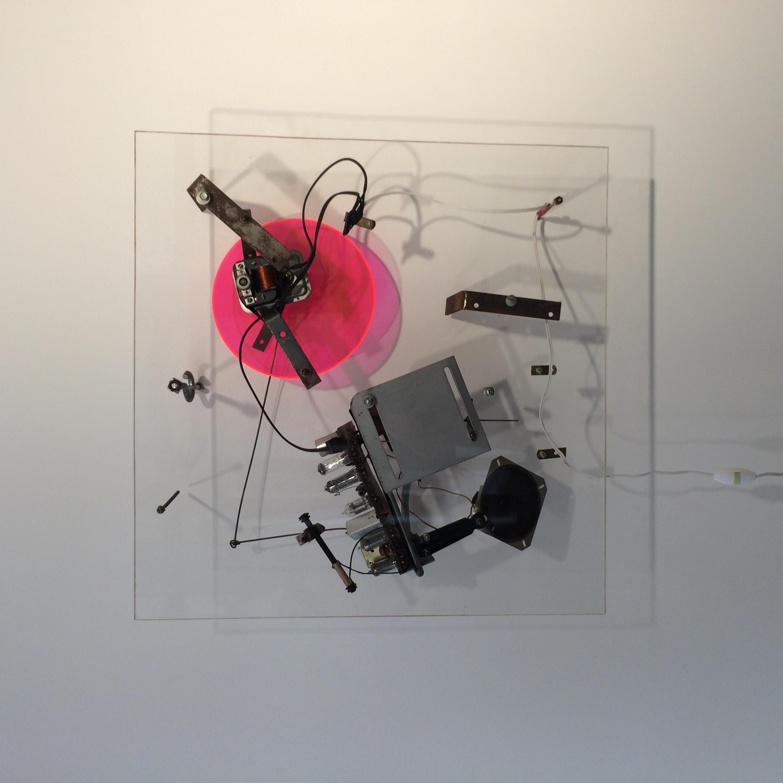 Radio rose ,Jean Tinguely,Radio WNYR 12(Catalogue Raisonné n°1138 sous le n°11),1962. Feuilles de plexiglas, fixations en métal, radio, moteur électrique.61,5 x 60,5 x 15,5 cm / 24 1/4 x 23 7/8 x 6 1/8 in. Numéroté n°12, signé et daté (gravé) en haut à gauche / signé et daté au dos «NY 62» (gravé) Courtesy NCAF et Galerie GP & N Vallois, Paris