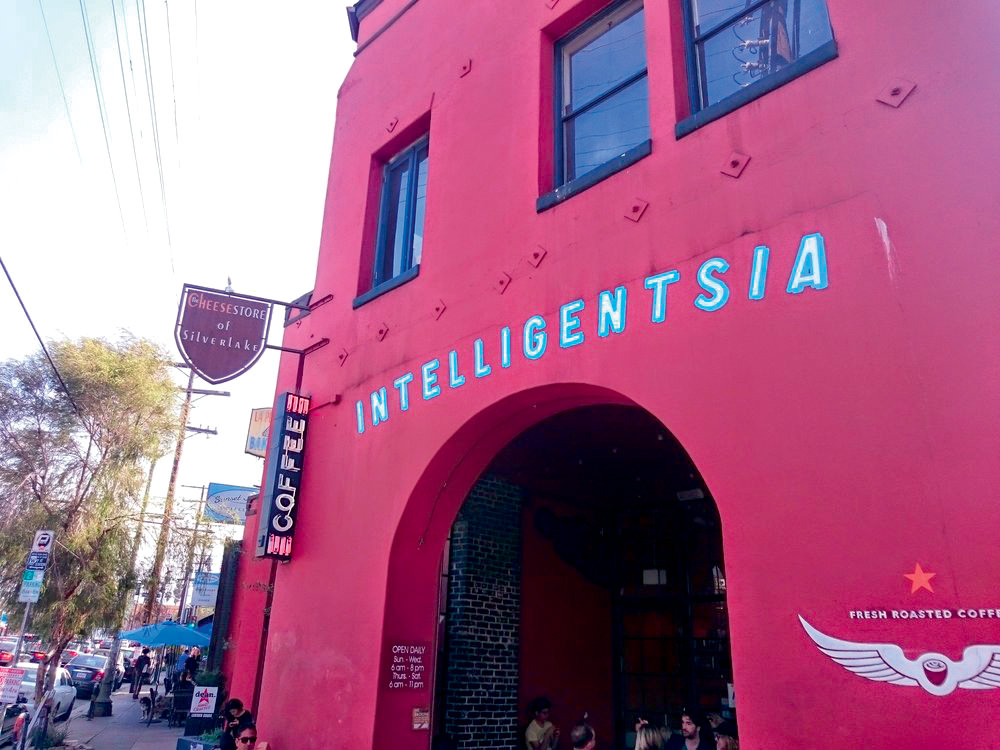 Café  INTELLIGENTSIA COFFEE  Toujours dans le quartier de Silver Lake, l' Intel l igentsia Coffee propose tout ce qui peut faire le bonheur des amateurs de café. Expressos, cafés turcs, allongés ou cappuccinos sont ser vis avec une précis ion scientifique. 3922 WEST SUNSET BOULEVARD, LOS ANGELES.