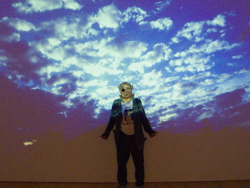 """Toutes images : © Nobuyoshi Araki Courtesy Taka Ishii Gallery  Après son importanterétrospective au musée Guimet achevée en septembre, Araki s'illustre une nouvelle fois à Paris via la sortie d'une nouvelle bible photographique. Fruit du lien solide établi entre le photographe et laFondation Cartier pour l'art contemporain depuis son expositionJournal Intimede 1985,Hi-Nikkiest l'illustration du concept de""""faux journal intime"""" inventé par l'auteur dans les années 80. Celui-ci avait ainsi défini son travail intimiste parfois autobiographique, consistant à capturer le quotidien avec un regard brûlant, parfois voyeuriste et nourri par l'érotisme (on connait notamment ses clichés inspiré par leKinbaku-bi, art du bondage japonais).  À l'occasion de son 30ème anniversaire célébré en 2014, le musée a donc proposé à l'artiste de prendre une photo par jour la poster sur le site internet de la Fondation. Totalement emporté par l'entreprise, Araki a fini par capturer plus de 1250 images durant l'année, résultant en un vaste kaléidoscope de sa vie mêlant instantanés des jours qui passent à Tokyo, natures mortes sensibles et portraits. Un travail titanesque qui s'infiltre au plus près de la vie personnelle du photographe de 75 ans, lequel signe ici un ouvrage indispensable à la compréhension de son œuvre fleuve.  Hi-Nikki (non-diary diary), 696 pages, disponible dès maintenant aux Éditions Fondation Cartier pour l'art contemporain.  Retrouvez notre article sur la collaboration Supreme x Nobuyoshi Araki"""