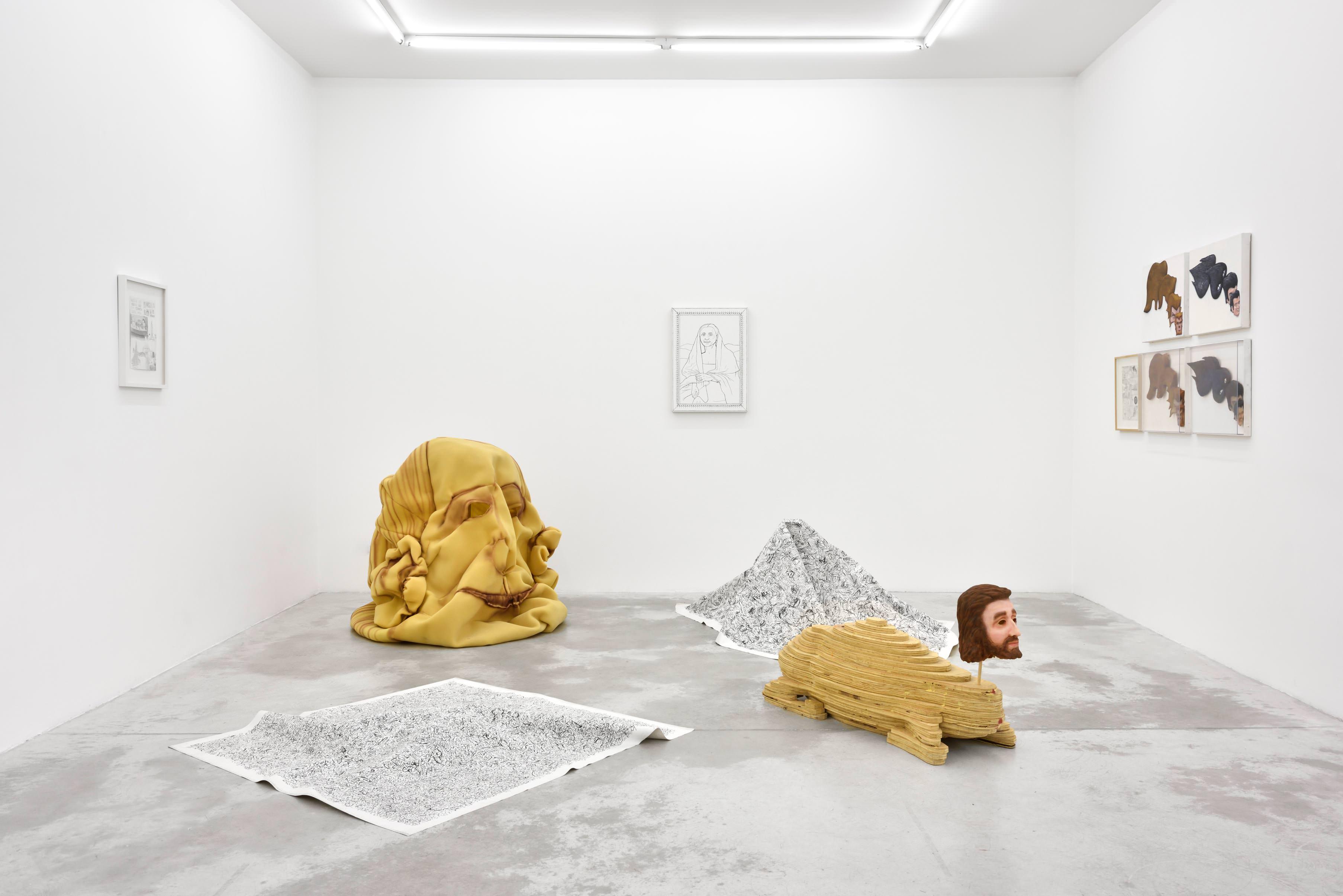 Dans la même veine que Paul McCarthy etMike Kelley,Jim Shaw fait partie de ces artistes de la générationeightiesqui partagent, depuis toujours, une certaineamertume envers la société de consommation américaine. S'appuyant sur l'imagerie de la pop culture –comics, cinéma, séries B… –, il traduit les symboles et les motifs du matérialisme via une œuvre plastique aussi extravagante qu'atypique.  Sculptures, dessins, installations, peintures, collages, tout y passe.Après être passé au New Museum de New York l'hiver dernier, c'est désormais entre les murs de la galerie parisienne Praz-Delavallade que Jim Shaw présente son exposition Rather Fear God. Celle-cirassemble une partie de ses fameux Dream Objects,série orientée vers la retranscription de ses rêves personnels réalisés entre 1995 et 1998, qui se fonde sur plusieurs dessins et croquis (Dream Drawings). L'artiste néo-conceptuel en extirpe des œuvres tridimensionnelles qui établissent un parallèle entre fantasme et réalité.