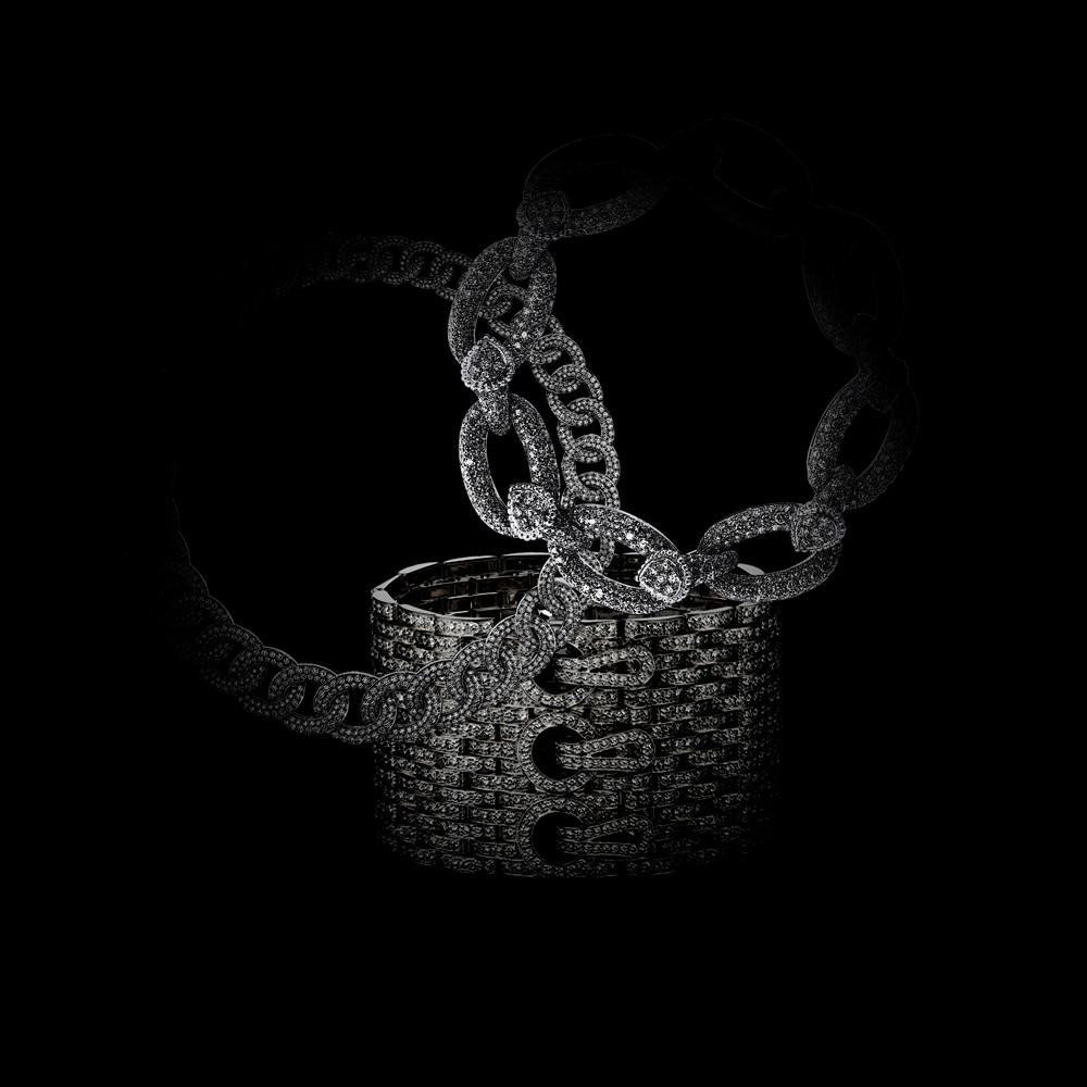 """Collier """"Olympia""""en or blanc et diamants, VAN CLEEF & ARPELS. Bracelet """"Maillon Serpent Bohème""""en or blanc et diamants, BOUCHERON. Manchette """"Maillon Panthère""""en or gris et diamants, CARTIER."""