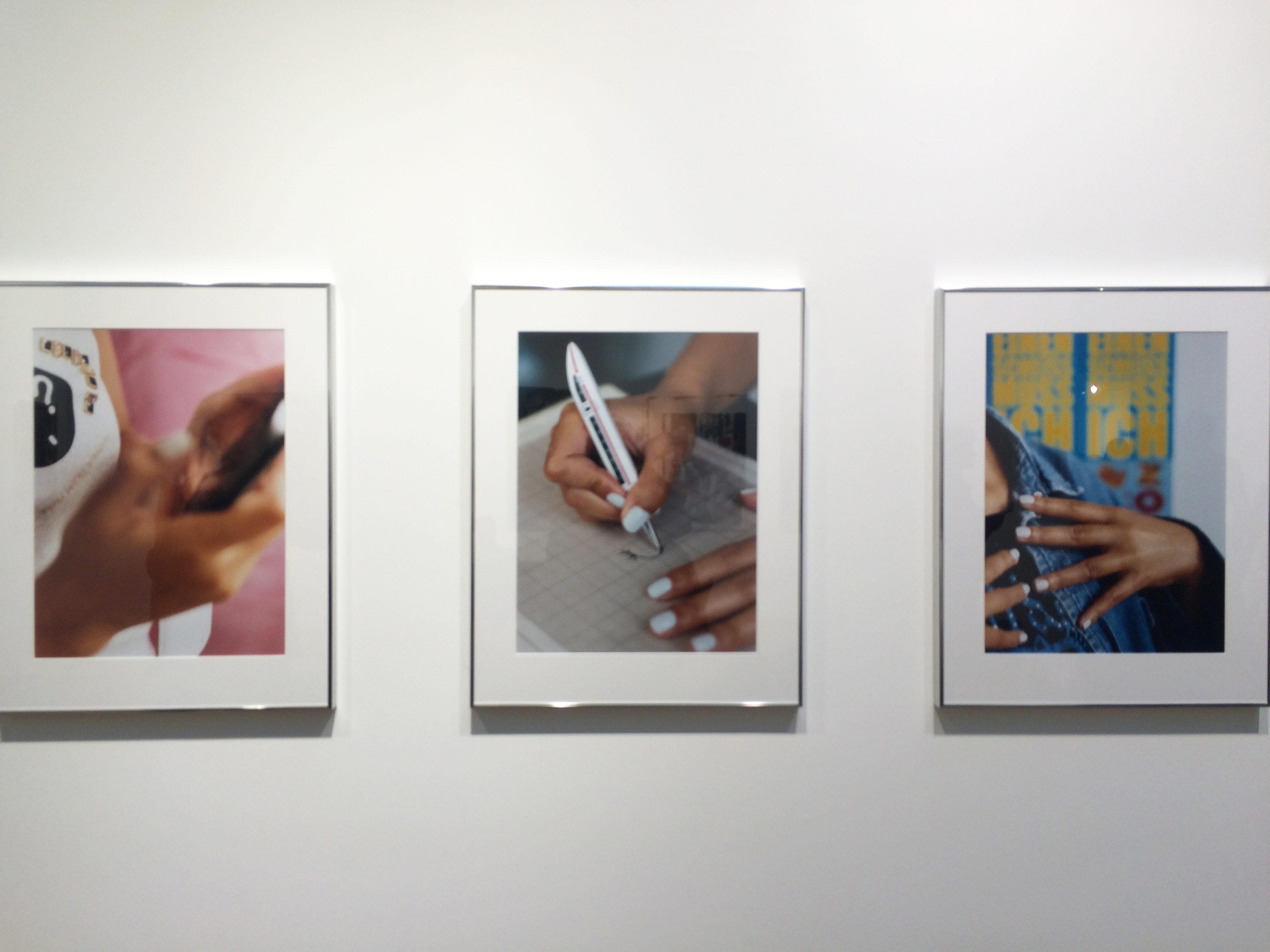 4. Josephine Pryde sur le stand de Reena Spaulings (New York)  L'artiste conceptuelle est en lice cette année pour le prestigieux Turner Prize au Royaume-Uni. Sa galerie new-yorkaise en profite pour présenter à la FIAC une série de photographies: des zooms sur des mains se saisissant d'objets comme un téléphone ou un stylo. Un inventaire fascinant des chorégraphies de nos gestes quotidiens.   La photographie: 12 000 dollars.  www.reenaspaulings.com