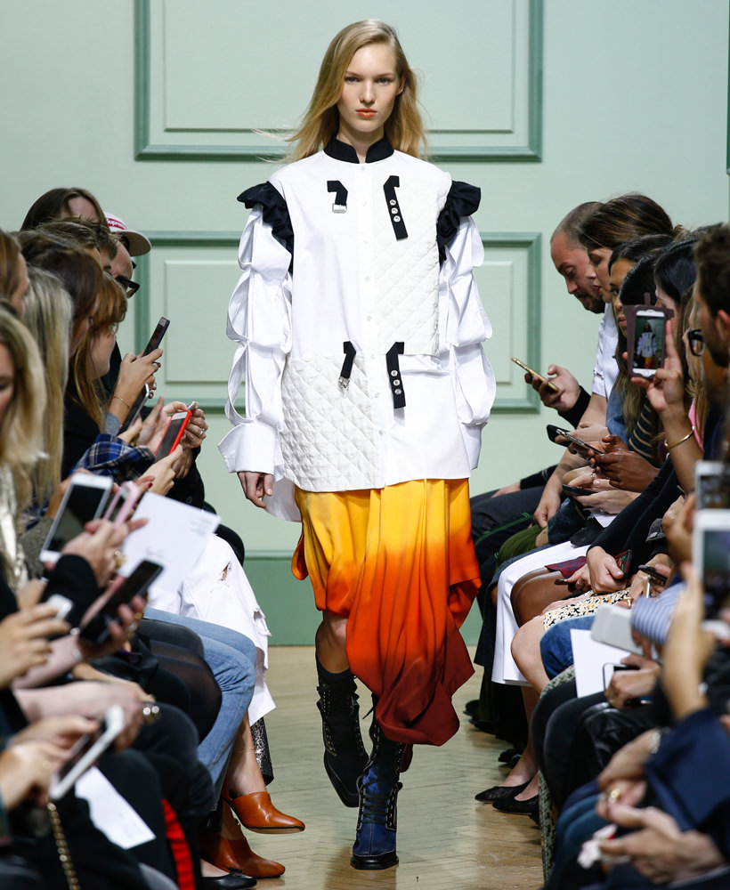 """Depuis son apparition en 2011 lors de la Fashion Week londonienne,J.W. Andersona rapidement été considéré comme l'un des nouveaux leaders de la mode, héraut d'une nouvelle modernité post-genre. Cultivant le goût de l'avant-garde, le créateur irlandais poursuit depuis pour son propre label ses expérimentations tout en apportant à la maison espagnoleLoewedes décalages subtils nourris de sa passion pour l'art et pour les traditions des arts décoratifs britanniques. En coulisses de son défilé printemps-été 2017 présenté à Londres samedi, le créateur nous confiait quelques clés au sujet de sa collection, qui embrasse cette fois sans ambiguïté la féminité de la robe, pour en explorer des possibilités formelles non encore exploitées.  """"J'ai voulu explorer les coupes circulaires, j'aime l'idée d'une forme vraiment abstraite et je m'interrogeais sur son application à la mode. J'ai voulu proposer une collection solaire, élégante, féminine, qui donne du pouvoir aux femmes sans les rendre masculines. La collection est presque girly, elle joue la carte d'une déconstruction très subtile. J'ai voulu jouer avec le poids du tissu: certaines pièces semblent lourdes mais elles sont en vérité très légères. J'aime ce jeu autour du corps, qui est le centre de gravité de la silhouette.""""Jonathan Anderson  Propos recueillis par Delphine Roche"""