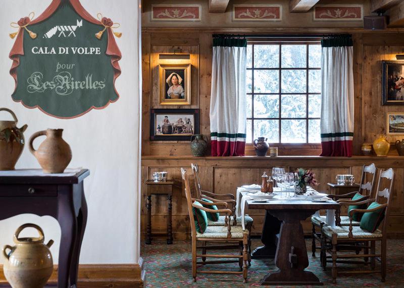 Cala Di Volpe, le nouveau restaurant des Airelles.   Palacefrançais à la décoration typique d'un chalet montagnard et à l'aura féérique, l'hôtel LesAirellesoffre un cadre chaleureux et cosy. Le chef Pierre Gagnaire officie au sein d'un restaurant couronné de 2 étoiles au Michelin, proposé dans une vaisselle Hermès. Depuis 2015, l'établissement s'est également associé au prestigieux hôtel de Sardaigne, Cala Di Volpe, et l'on peut y déguster la gastronomie sarde. Deux autres restaurants, La Table du Jardin Alpin et Le Coin Savoyard, offrent un choix plus traditionnel. Le palace soigne l'agrément de ses hôtes en mettant notamment à leur disposition une calèche dessinée par Hermès Intérieur & Design pour des promenades dans le village de Courchevel, un jacuzzi extérieur et une grotte à neige. Le spa propose des soins uniques et personnalisés The SwissCellSpa reposant sur les traitements cellulaires à base de produits naturels ou des mises en beauté By Terry et des parfums Creed.  Les AirellesCourchevel, Jardin Alpin, 73120 Saint-Bon-Tarentaise Tél.04 79 00 38 38