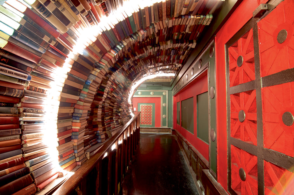 Librairie THE LAST BOOKSTORE Un bouquiniste incontournable downtown. On se perd dans les différents étages ou dans le labyrinthe de livres à l'intérieur. The Last Bookstore se situe juste à côté de nos bureaux, dans un magnifique immeuble des années 20. J'y traîne souvent et je me laisse emporter par la nostalgie des lieux. 453 S SPRING STREET, LOS ANGELES.