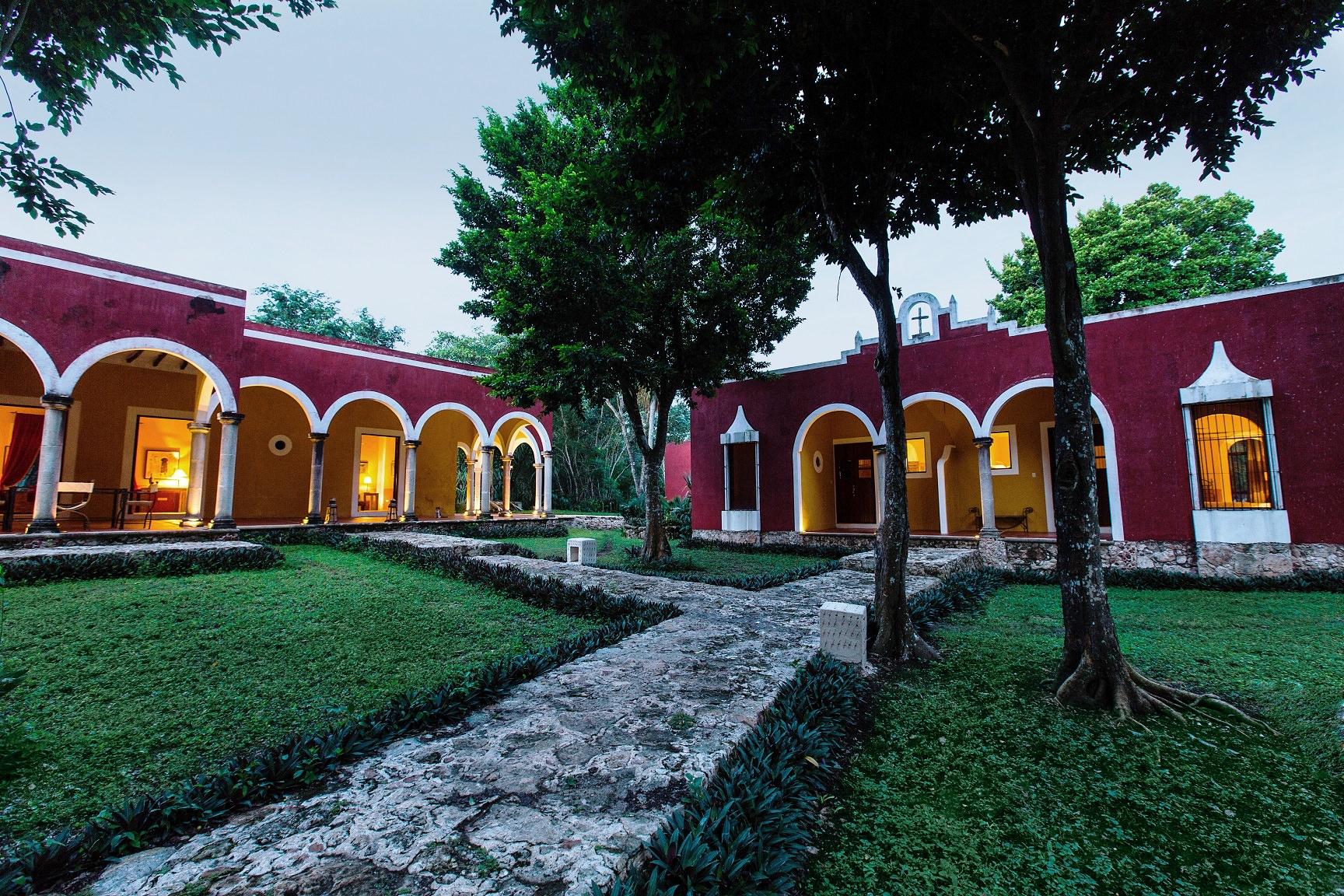 À proximité des sites archéologiques d'Aké,de Chichén Itzá, d'Uxmal, de Dzibilchaltún, d'Ek Balam et de Mayapán (cités maya antiques et précolombiennes), ou les Cenotes de Cuzamá(puits ou gouffres qui passaient pour être sacrés aux yeux des Mayas), et des villes comme Mérida, Celestún et Campeche, l'Hôtel Hacienda Ticum offre une expérience et une ambiance uniques, sans doute du fait de son histoire sans équivalent.