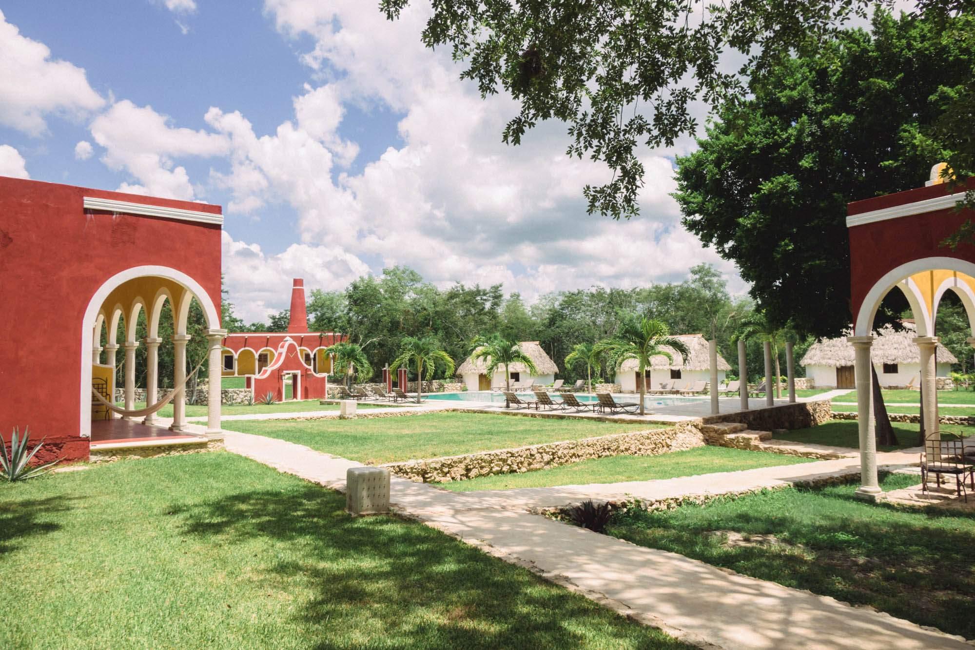 Enfin réhabilitée par le groupe de professionnels français Hotel Hacienda Collection en 2010, l'Hacienda Ticum se différencie des autres haciendas de la région par son ambiance chaleureuse, son confort moderne, sa dimension internationale ainsi que par son style contemporain aux inspirations coloniales. Luxe, espace et culture sont les mots d'ordre de l'Hacienda Ticum, véritable joyau brute du Yucatán.  hotelhaciendamerida.com