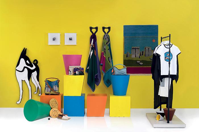 14h30 : Le pop-up store coloré Loewe  La saison estivale permet toujours aux créateurs de lancer de sublimes boutiques éphémères aux concepts innovants. Loewe comme Stella McCartney ne déroge pas à la règle et s'installe au coeur du quartier historique de Dalt Vila au sein du musée d'Art contemporain d'Ibiza. On y retrouve les collections Loewe actuelles mais également la ligne d'accessoires crée en collaboration avec John Allen - tapis tissées, t-shirts à motifs, serviettes de plages. Une esthétique arty et ultra colorée.  www.loewe.com