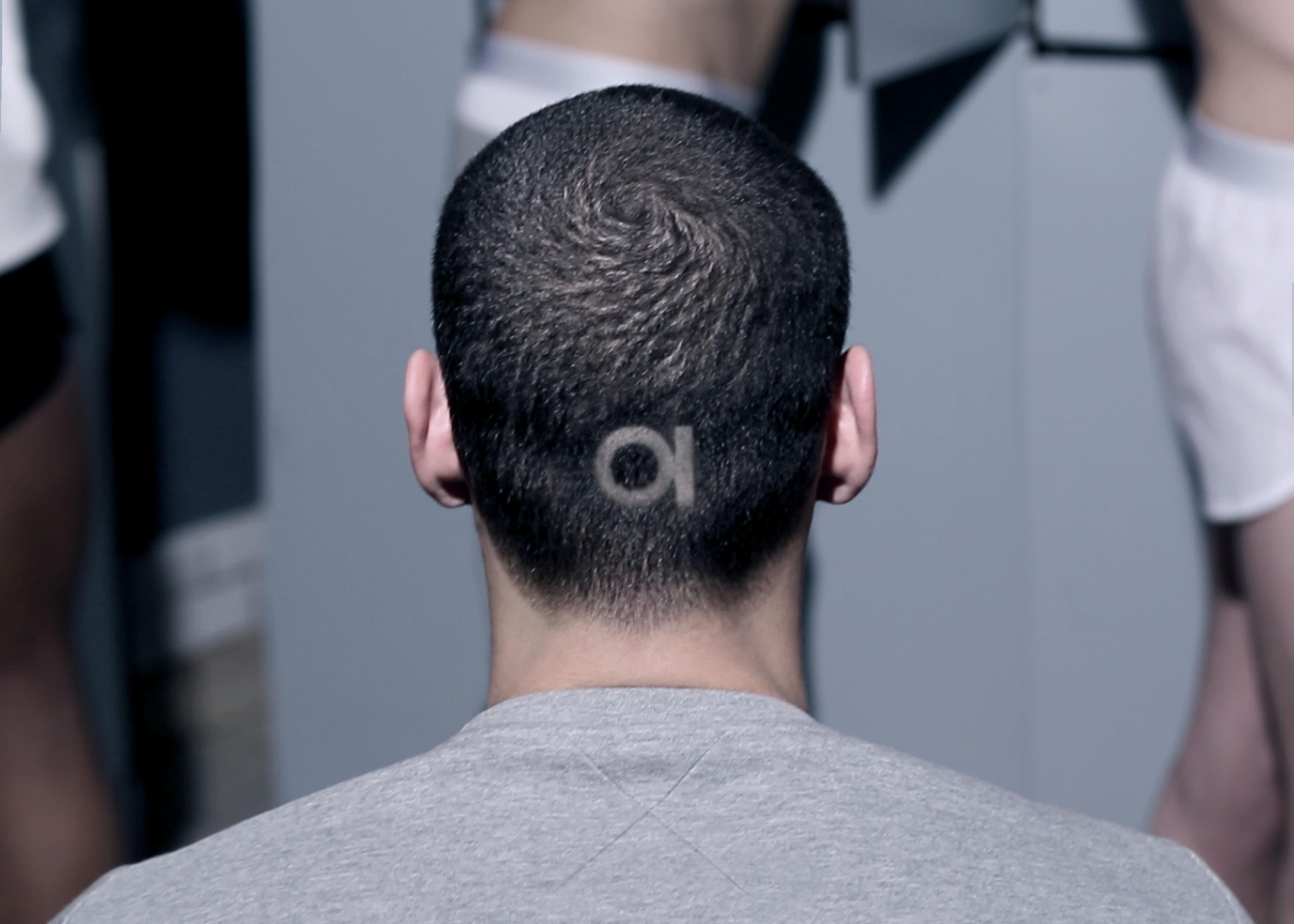 Que signifie ce nouveau logo, ce rond surmonté d'une barre? Il évoque à mes yeux le symbole de l'interrupteur ON/OFF présent aussi bien sur un ordinateur que sur une télévision. Il incarne parfaitement le côté très technologique de mon label avec l'important travail sur les détails métalliques, notamment pour les boutons, et son univers inspiré de l'automobile par les découpes et le minimalisme. Le nom, M.X, lui, fait aussi bien référence à M. X – c'est-à-dire à M. Tout-le-Monde – car je souhaite parler au plus grand nombre, qu'à la notion de désir et d'interdit. La séduction est très présente dans cette première collection, même si elle sait se faire discrète.  M.XMaxime Simoëns devrait ouvrir une boutique à la rentrée dans le Marais à Paris. www.mxparis.fr  Propos recueillis par Thibaut Wychowanok