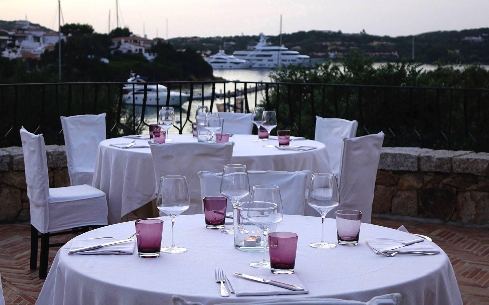 Le rooftop du Madai Restaurant  Situé face au port de Porto Cervo et sa farandole de yachts plus luxueux les uns que les autres, le Madai Restaurant primé au guide Michelin est le lieu de rencontre de la jet set internationale. La carte aux saveurs méditerranéennes propose une sélection de 5 poissons dont il faut choisir la cuisson et l'assaisonnement : en carpaccio, grillé ou en tataki. C'est sur le rooftop de l'établissement que la magie opère, où l'art de la table est parfaitement maîtrisé et l'atmosphère y est vibrante.  http://www.ristorantemadai.it/