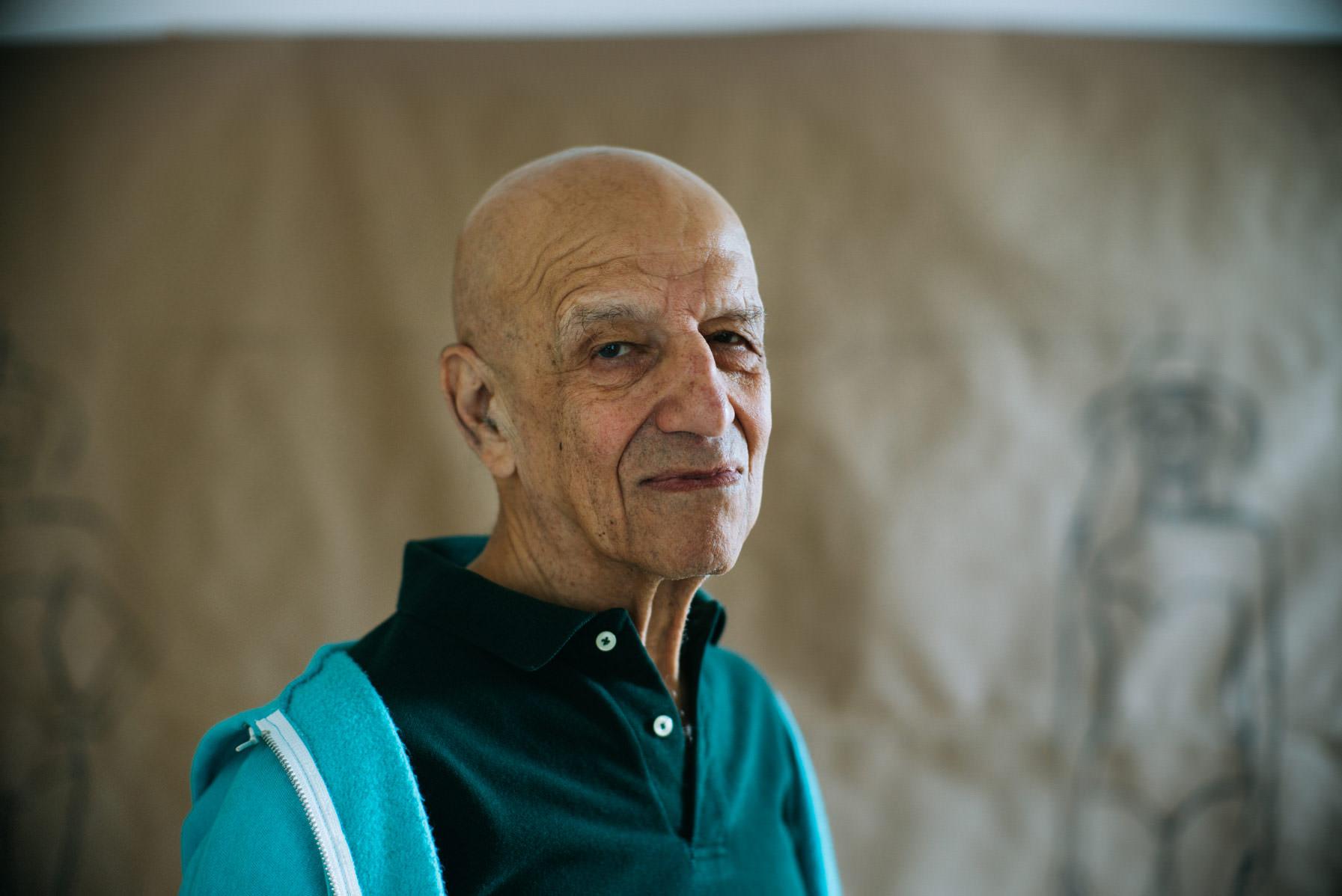 Portrait : Marcus Gaab pour Numero.com   Il a 89 ans et son exceptionnelle longévité artistique aura été bien utile à sa reconnaissance : c'est peu dire qu'AlexKatzn'a pas toujours eu le succès qu'il méritait. Lui qui clame depuis ses débuts que le style EST le contenu de sa peinture n'en a pour ainsi dire jamais changé. Imperturbable, il a traversé tous les grands courants artistiques avec une implacable froideur et, dans le meilleur des cas, certains se sont reconnus en lui. Artistes pop, minimalistes, conceptuels sont tous, en effet, redevables d'une manière ou d'une autre, à cet artiste, que seul un regain d'intérêt manifeste pour la peinture à la fin des années 90 fit considérer à nouveau. Ce regain d'attention fut le fait, en particulier, de jeunes artistes revisitant sans tabou les possibilités de la figuration picturale, d'Elizabeth Peyton à Peter Doig, dont les célèbres tableaux représentant des canoës sont des hommages appuyés à AlexKatz. Tous virent en lui un infatigable précurseur. Aujourd'hui salué par la critique et le marché comme l'une des figures saillantes de l'art du XXe siècle, qu'il a traversé allègrement, le compromis esthétique n'a cependant pas été son fort.