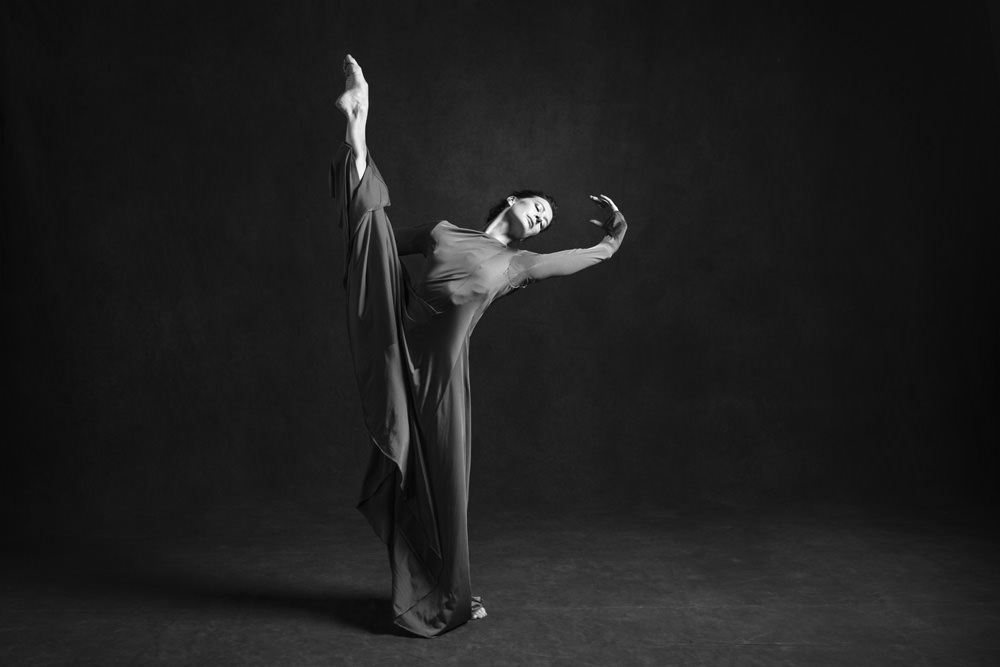 """Marie-Agnès Gilot par James Bort.  Un bel ouvrage donne aujourd'hui une nouvelle preuve de ce que l'ère Benjamin Millepied aura apporté de pure beauté: répondant à son invitation, le photographe James Bort a saisi la magie des costumes de l'Opéra, shootant pendanttrois jours, au cours de l'année 2015, 18 danseurs étoilesvêtus pour l'occasion de celui de leur choix. """"Je voulais voir seulement le costume sur eux, sans maquillage ni accessoire, sans coiffure. Mon souhait était de faire ressentir cet instant de l'avant ou de l'après, de l'oubli, l'instant unique que le danseur vit, seul, face à son miroir"""", explique le photographe. Sur un fond typique de studio photographique,James Bortsaisit les danseurs en plein mouvementou, au contraire, parfaitement relâchés. Un subtil jeu de modelé appuie l'intemporalité de ces portraits en noir et blanc, ainsi que la mélancolie inhérente à la photographie de danse, qui ne fait après tout que célébrer ses propres limites, son incapacité à restituer justement le mouvement. Comme la danse mise en œuvre par Benjamin Millepied, ces images découvrent au cœur de la puissance du corps une vulnérabilité, un sentiment qui donne tout son sens à cet art.  Étoilesde James Bort, avec une préface de Benjamin Millepied. Éditions du Cherche-Midi. Exposition jusqu'au 24 avril à l'Opéra Bastille.  Par Delphine Roche"""