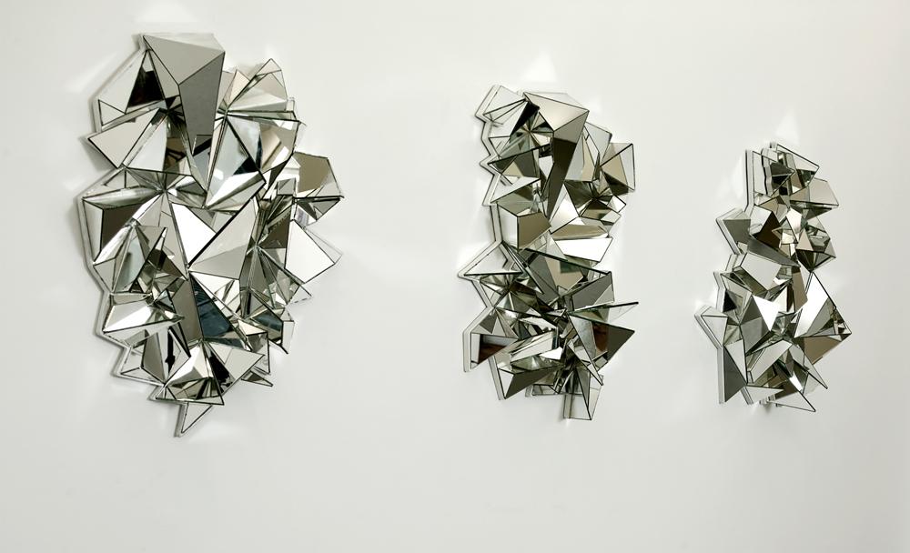 """Ils ont en partie fait la renommée de leur créateur, Mathias Kiss : conçus originellement en 2008, les """"Miroirs froissés"""", aujourd'hui fameux, revisitent l'héritage des arts décoratifs français. À l'instar de tant d'œuvres de cet artiste parisien inclassable, ces étonnants miroirs sculpturaux jouent avec les codes passés de l'habitat pour en proposer de nouveaux, qui nous transportent dans un voyage mental aux tonalités surréalistes. Si Dali peignait des montres molles, Mathias Kiss fait subir au miroir un traitement de choc. Entre ses mains, cet objet à fortes résonnances psychanalytiquesdevient le révélateur de sa personnalité artistique singulière, de ses désirs propres: """"J'ai imaginé des miroirs sans angles droits. C'était une façon de dire 'je', de m'affranchir des diktats propres à mes années de restaurateur de monuments historiques: chez les compagnons, dont je faisais partie, l'équerre et le sacro-saint angle droit faisaient la loi.""""  En 2008, les trois premiers prototypes, chacun unique dans sa forme, trouvent rapidement preneur. La galerie Armel Soyer, qui représente Mathias Kiss, réunit aujourd'hui ces pépites pour en proposer, dès janvier, une édition limitée. """"J'ai voulu réunir les trois premiers Miroirs froissés, car ils forment une série, écrivent une forme de narration visuelle"""", poursuit l'artiste. Si le premier, intitulé Fox, ne sera pas disponible, ses compagnons JCet Orenseront en revanche édités à huit exemplaires chacun. Ces pièces seront exposées à la galerie Elle, à Zurich, du 3 mars au 3 juin 2017, et au Mudac de Lausanne de mai à octobre 2017.  www.armelsoyer.com.  Retrouvez notre interview croisée Mathias Kiss et Patrice Quarteron. Retrouvez Mathias Kiss dont notre best of 2015"""