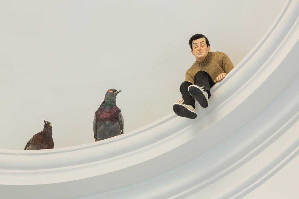 Maurizio Cattelan, Others, 2011 Pigeons naturalisés Dimensions variables Maurizio Cattelan, Mini-Me, 1999 Résine polyester, cheveux synthétiques, peinture, vêtements 45 x 20 x 23 cm Photo : Zeno Zotti Vue de l'exposition Maurizio Cattelan, Not Afraid of Love à la Monnaie de Paris, du 21 octobre 2016 au 8 janvier 2017   Les figures de pouvoir sont systématiquement mises à mal dans vos œuvres. Avez-vous un problème particulier avec l'autorité? Répondre à vos questions, c'est comme se retrouver en analyse chez un psy –révélateur, mais épuisant! Je l'ai déjà admis par le passé: lorsque je circule dans NewYork à vélo, la seule vue d'un panneau qui m'interdit d'aller dans une certaine direction m'est insupportable. Pour ce qui est des causes profondes du phénomène… eh bien, j'imagine qu'il me faudra davantage qu'un entretien avec vous pour les découvrir!