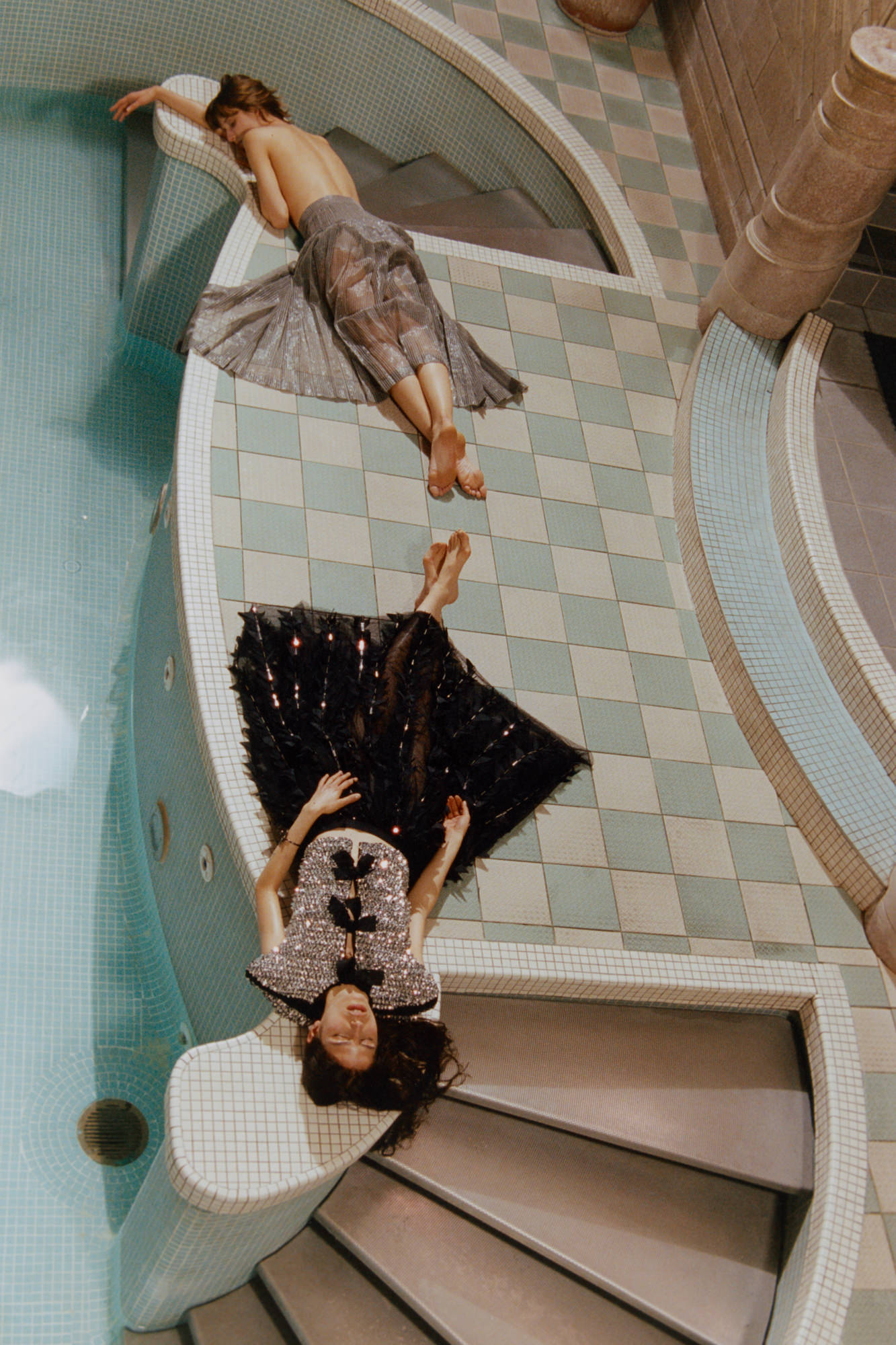 En haut: jupe en gaze de soie, CHANEL. En bas : haut brodé de Rhodoïd à nœuds en organza et jupe en tulle de soie brodé de sequins, CHANEL. Bracelet, EDDIE BORGO.