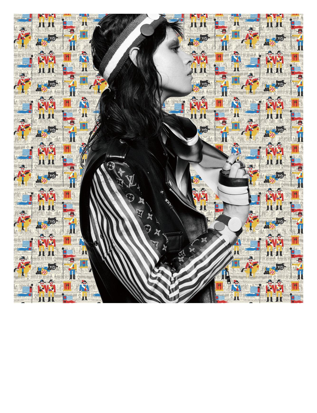 Manteau en cuir peint monogrammé et rayé, manchettes en cuir bicolore et mocassins, LOUIS VUITTON. Short en denim, CHERRY VINTAGE. Bandeau, poignets et chaussettes, AMAZON.COM. Bagues émaillées, TULESTE.