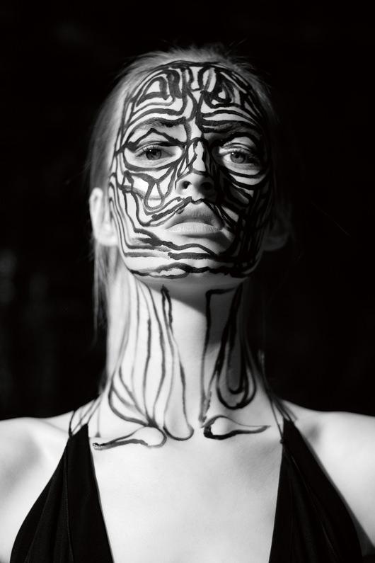 """Robe longue en mousseline de soie, ALEXANDRE VAUTHIER.   Le face-à-face avec ses personnages debois, de plâtre, de bronze ou d'argile est une vraie expérience! Il modèle leurs corps avec précision, assemble parfois matériaux en trois dimensions et surfaces dessinées, ne gardant du personnage que l'expression de son mouvement ou de sa pose. Des influences très diverses et nombreuses s'expriment dans ses sculptures, qui viennent de l'histoire de l'art autant que de la culture populaire: hétéroclites et abondantes, elles forment comme une énergie vitale qui irrigue ses compositions dans lesquelles on croit voir parfois le bras d'une sculpture antique, un masque africain ou le costume de Batman. Cet Anglais né en 1972, qui vit à LosAngeles, a su imposer au public de l'art si friand de bavardages et de déclarations de bonnes intentions, une œuvre finalement peu loquace si ce n'est dans sa volonté affirmée d'explorer les dimensions sculpturales du corps. """"Je suis persuadé que l'art peut être puissant sans être pompeux ou macho, et sans non plus verserdans l'ironie."""""""