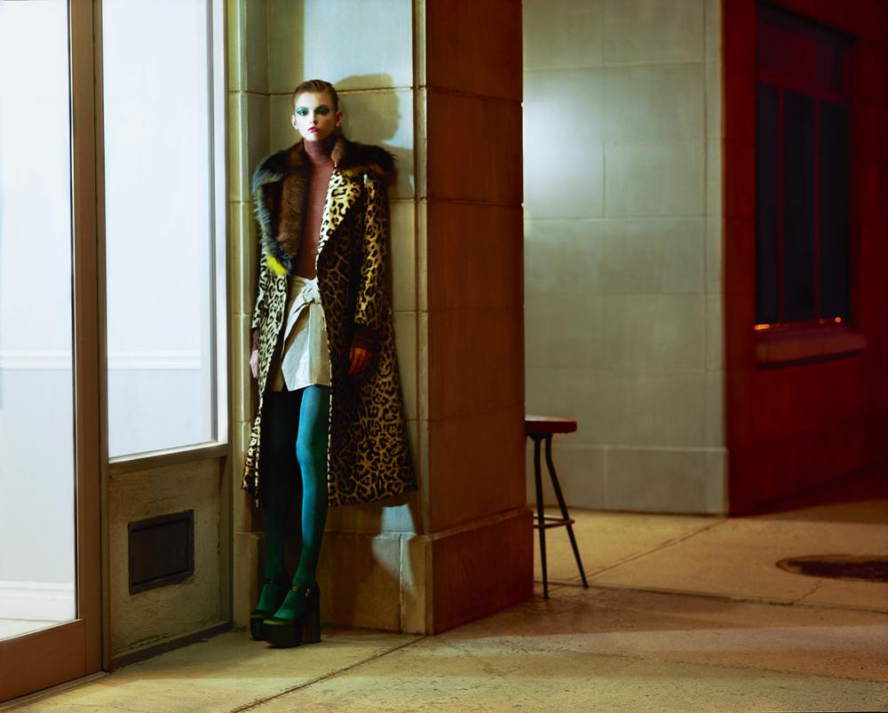 Manteau imprimé léopard à col en renard, ERMANNO SCERVINO. Body, NINA RICCI. Jupe en vinyle, ISABEL MARANT. Collant, FALKE. Chaussures, ROCHAS.