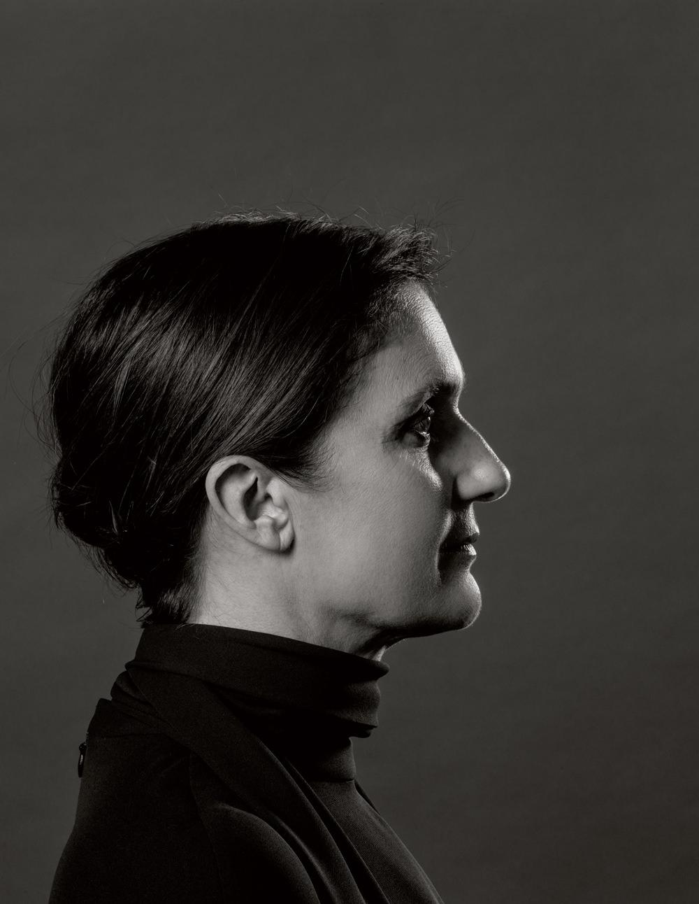 """Portrait : Pierre Even   Première femme nommée à la direction artistique deDior, Maria Grazia Chiuri était à la tête de la maison Valentino depuis 2008.  Née à Rome, Maria Grazia Chiuri est profondément amoureuse de la Ville éternelle. Durant leurs interviews communes en tant que codirecteurs artistiques de la maison Valentino, le duo qu'elle composait avec Pierpaolo Piccioli expliquait souvent qu'il ne passait jamais plus d'une journée à Milan.  Dès ses débuts, son parcours professionnel plus que parfait s'est lui aussi inscrit en résonance avec la Ville éternelle et ses maisons mythiques, Fendi et Valentino. Après avoir étudié à Rome, à l'European Institute of Design, la créatrice a obtenu un poste chez Fendi (où elle a immédiatement appelé son ami Pierpaolo à la rejoindre) et s'est spécialisée dans les accessoires. C'est à la tête de ce secteur que Maria Grazia et Pierpaolo se sont ensuite illustrés chez Valentino avant de devenir, en 2008, codirectrice artistique (toujours avec Pierpaolo) de toutes les lignes de la grande maison romaine.  Une des principales inspirations de Maria Grazia est la musique: elle a notamment emmené ses amis écouter le concert de clarinette de Woody Allen, un jour de voyage à New York. Pour savoir ce qui est cool et rester connectée à l'actualité culturelle alors qu'elle travaille d'arrache-pied, Maria Grazia compte sur ses enfants: """"Je suis très chanceuse, car mes enfants me disent ce qui est cool. Ils me nourrissent d'informations culturelles, ils me parlent du monde, car la mode n'est pas seulement une question de vêtements, c'est une question d'époque. Il faut connaître son époque, et la musique et les livres sont une bonne façon de le faire.""""  Généreuse, Maria Grazia s'est régulièrement investie dans une opération caritative, Cash & Rocket on Tour, au concept détonant: un rallye automobile réservé aux femmes et organisé par des associations humanitaires. L'idée en est simple: afin de recueillir des dons pour des associations venan"""
