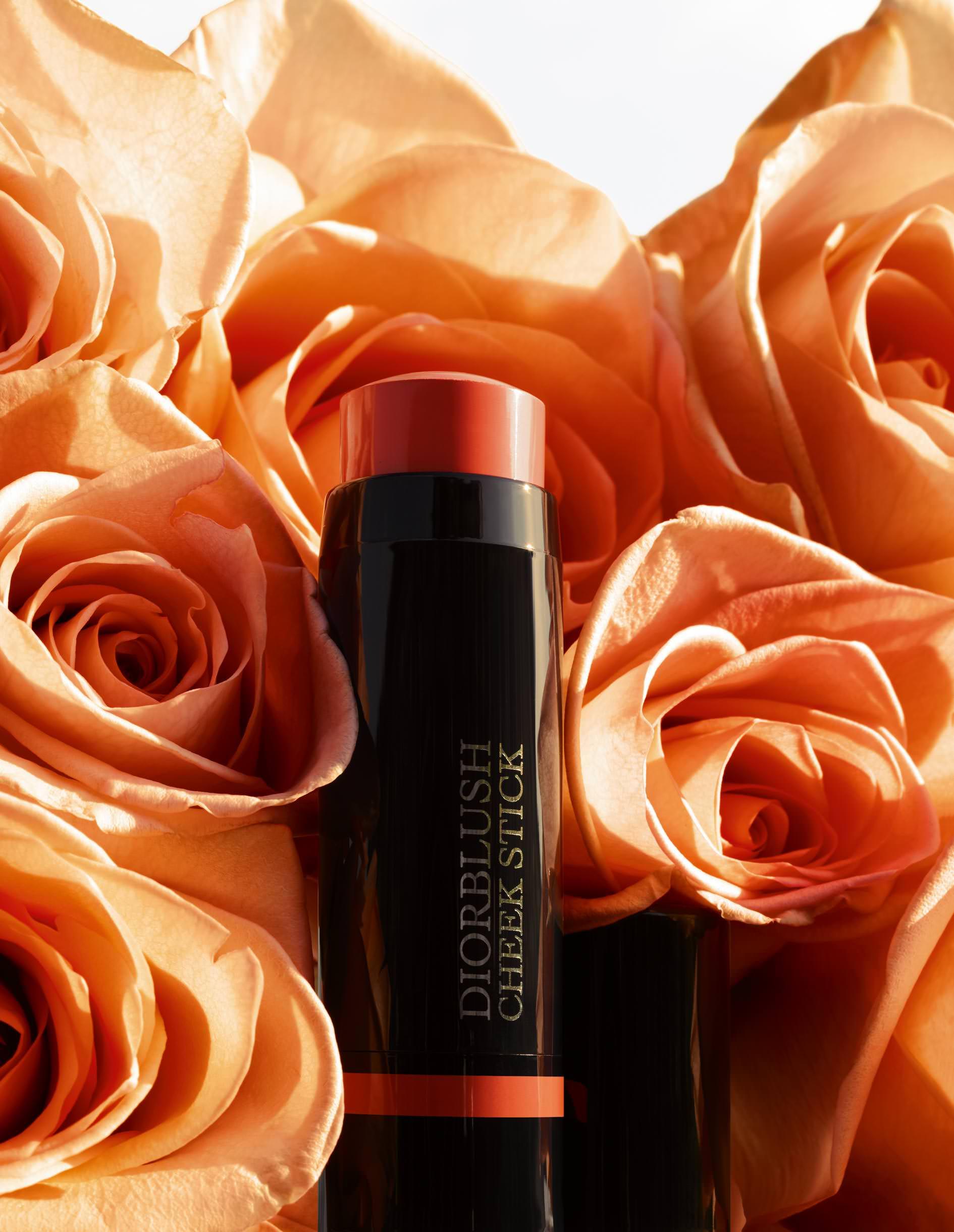 """Une nuance orangedahlia en stick maxi pour un effet belle mine veloutée. """"Collection Cosmopolite, Diorblush Cheek Stick, n°675 Cosmopolite Coral"""", DIOR. En vente dès le 31août."""
