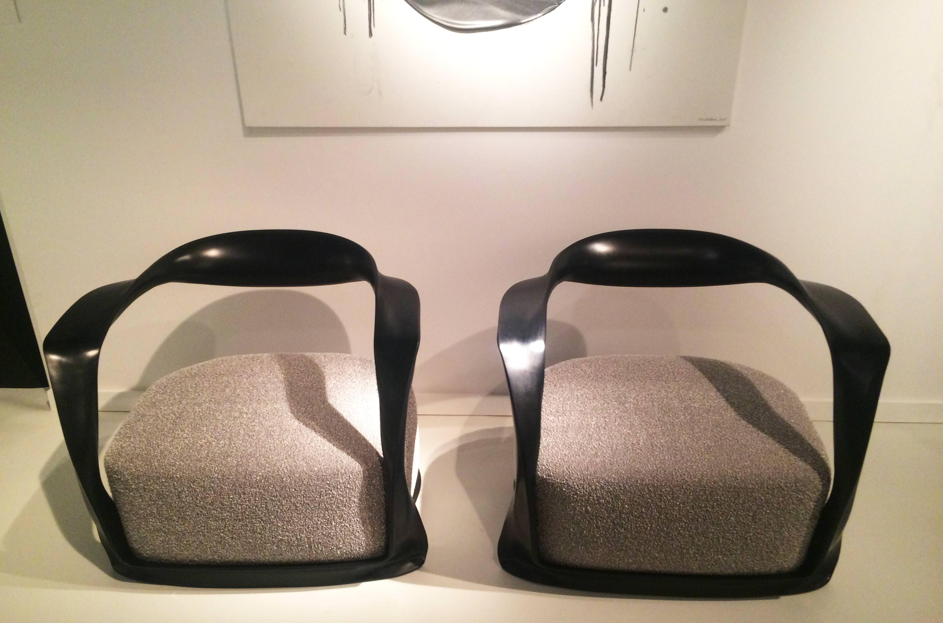 Carol Egan, Ombre Chair, ebonised sapele Mahogany, 70 x 80 x 60 cm. Stand de la galerie Dutko.   9. LES FORMES SCULPTURALES DES FAUTEUILS DE CAROL EGAN  Originaire de Dublin, Carol Egan s'est installée aux États-Unis où elle mène de front son métier d'acheteuse, de designer et de spécialiste du design d'intérieur. Sur le stand de la galerie Dutko, elle présente ses récentes réalisations dontdeux fauteuils aux formes sculpturales et féminines qui attiraient particulièrement l'attention.  www.dutko.com