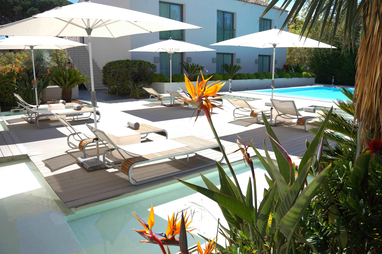 Le Kube Hôtel Saint-Tropez.  Nuit possible sur place dans l'une des suites de l'hôtel, et alternative possible auPan Deï Palais(52, rue Gambetta), demeure d'un général français tombé amoureux d'une princesse du Penjab, à l'exotisme surprenant, où commander cocktails autour de la piscine du jardin. Face mer, leKube Hôtel Saint-Tropez(Gassin), premier hôtel design du Golfe, reprend du galon cette année avec sept villas réparties autour d'une nouvelle piscine, un second restaurant, un nouveau bar sous les pins parasols et un espace de soins Carita de plus de 300 m².
