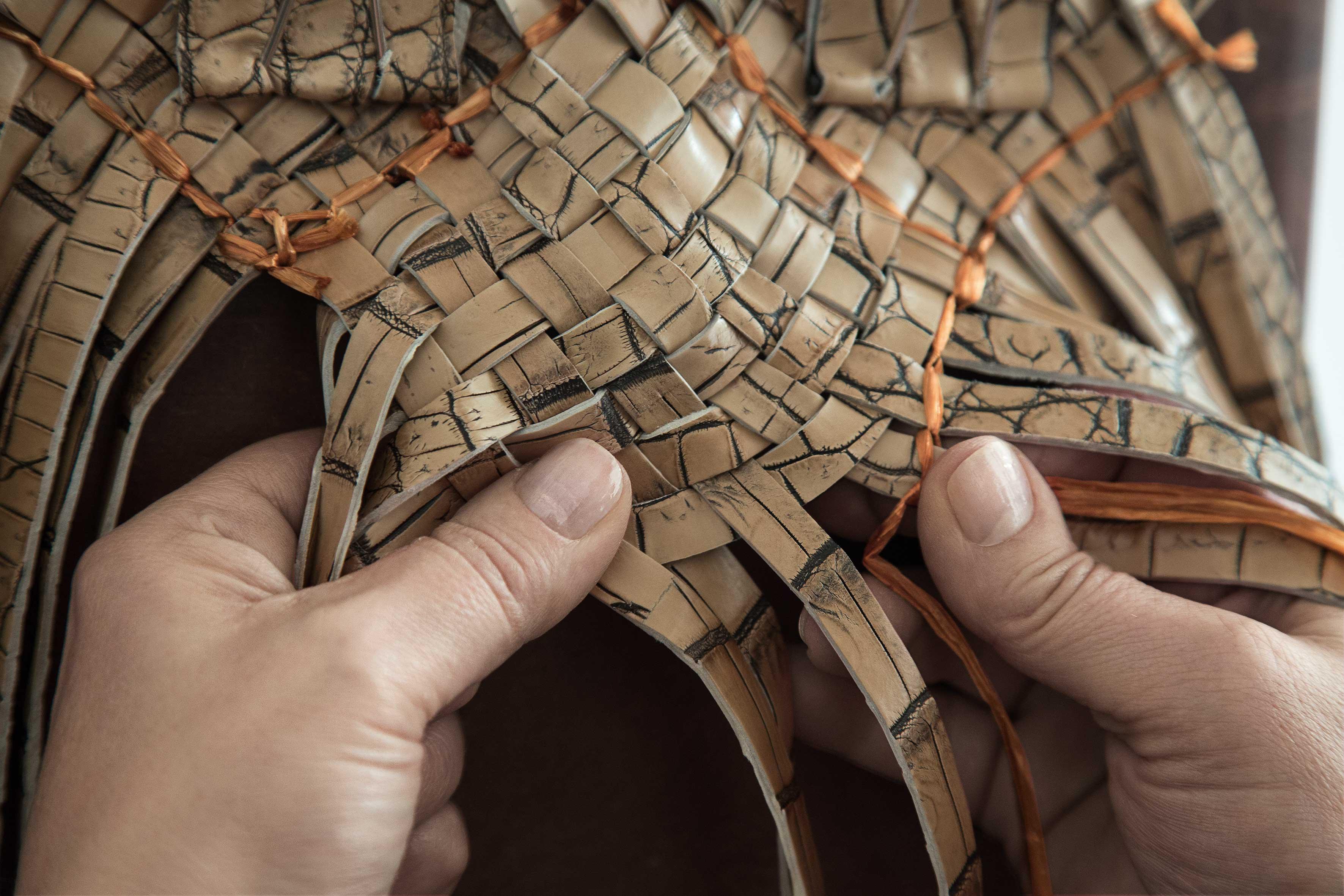 """La beauté dutravail artisanal de Bottega Venetafait aujourd'hui office de véritable signature reconnaissable entre mille.   Pour nourrir sa vision, Tomas Maier s'appuie dès sa prise de fonctionsur l'artisanat italien de haut vol qui est l'âme même de Bottega Veneta: en 1966, les fondateurs, Michele Taddei et Renzo Zengiaro, établissaient un atelier spécialisé dans le tressage du cuir. La beauté de ce travail artisanal séduisit la bohème jet-set des années70, qui tomba rapidement amoureuse de sonintreciatto,lequel fait aujourd'hui office de véritable signature reconnaissable entre mille. Lorsque Tomas Maier prend les rênes en 2001, il lance la campagne """"When your own initials are enough"""" et propose en alternative aux logos tape-à-l'œil de nombreuses marques un service de personnalisation des sacs. Le ton de l'ère Tomas Maier est donné. Et c'est entre deux pôles, l'amour de l'artisanat et celui de l'art, que cette ère se déploie au fil des années pour rencontrer judicieusement son époque.   """"Nous resterons toujours fidèles aux racines artisanales de la maison.Un héritage culturel qui fusionne technique et créativité et qui a traversé les époques.""""Tomas Maier"""