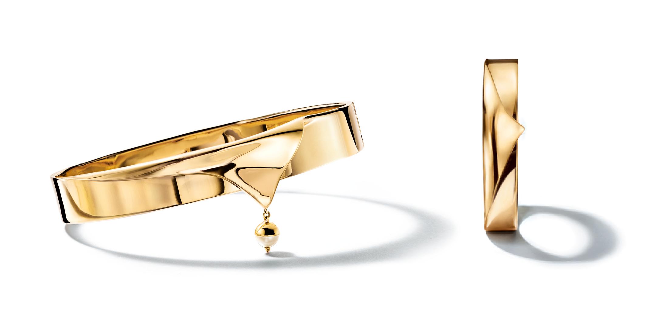 Tiffany & Co. a invité le créateur de bijoux Eddie Borgo,vainqueur du premier CFDA/Vogue Fashion Fund de la maison de joaillerie américaine,à imaginer une collection exceptionnelle inspirée par les sculptures de la Grèce antique. Associant or 18 carats et perles de culture, les sept créations, centrées sur l'art du drapé, mêlent légèreté, fluidité des lignes et audace des formes.   Disponible sur www.tiffany.com