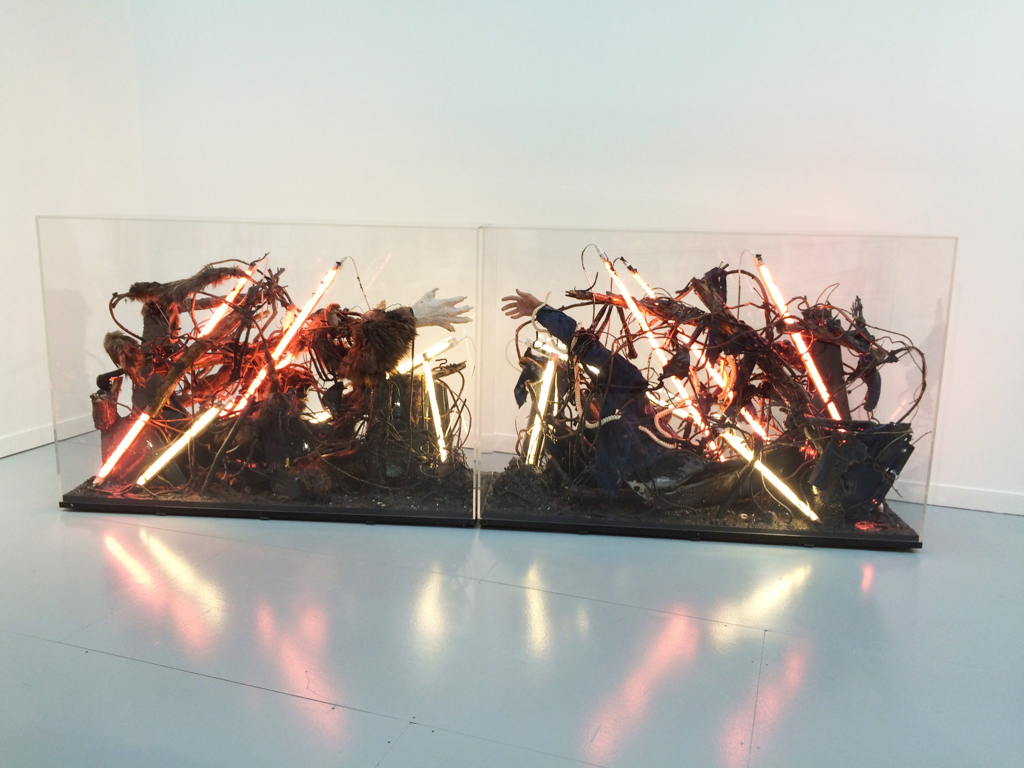 3. Korakrit Arunanondchai sur le stand de Clearing (New York-Bruxelles)   À moins de 30 ans, l'artiste d'origine thaïlandaise qui avait fait sensation au Palais de Tokyo en 2015 est sur tous les fronts. À la FIAC, la galerie présente son installation de la Biennale de Berlin et annonce sa participation à une exposition collective au Whitney Museum à New York, une résidence en Afrique du Sud et un tournage de vidéo en chantier en Thaïlande. Son solo show à Bozzano, en Italie, vient, lui, de se terminer. Un parcours international à l'image de l'artiste, dont les œuvres mêlent références à la pop culture occidentale et aux traditions orientales dans une grande partouze mondialisée. Son art, total et joyeusement anarchique, fait le grand écart entre le monde contemporain – nouvelles technologies et Internet – et les croyances ancestrales, son histoire personnelle et les grands sujets politiques et environnementaux. De nouvelles œuvres seront présentées à Art Basel Miami en décembre en attendant son exposition en mars chez Clearing à New York.  L'installation: 65 000 dollars (vendue).  www.c-l-e-a-r-i-n-g.com