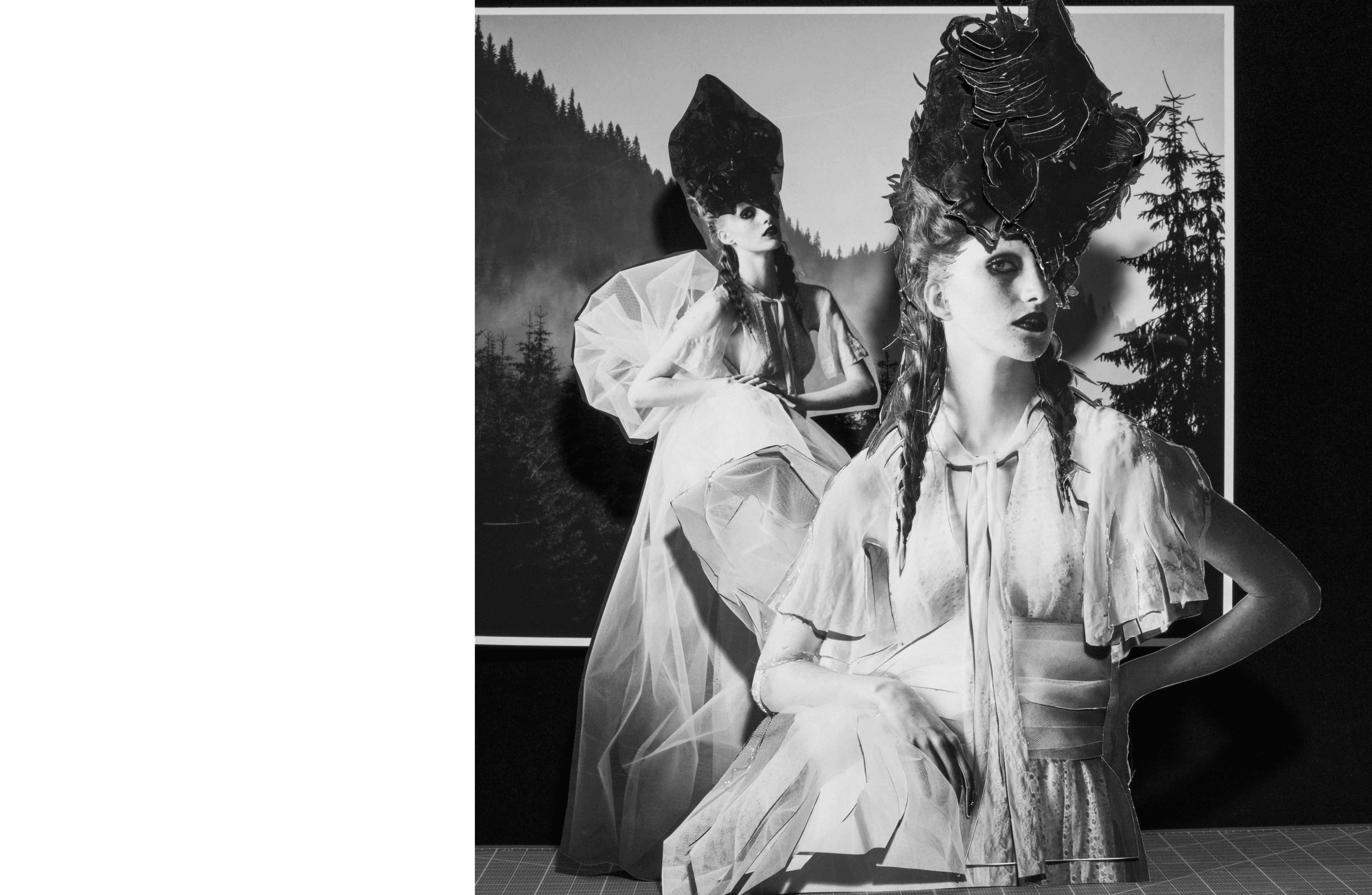 Robe longue en mousseline de soie et dentelle, GIVENCHY HAUTE COUTURE PAR RICCARDO TISCI. Chapeau, HEATHER HUEY.