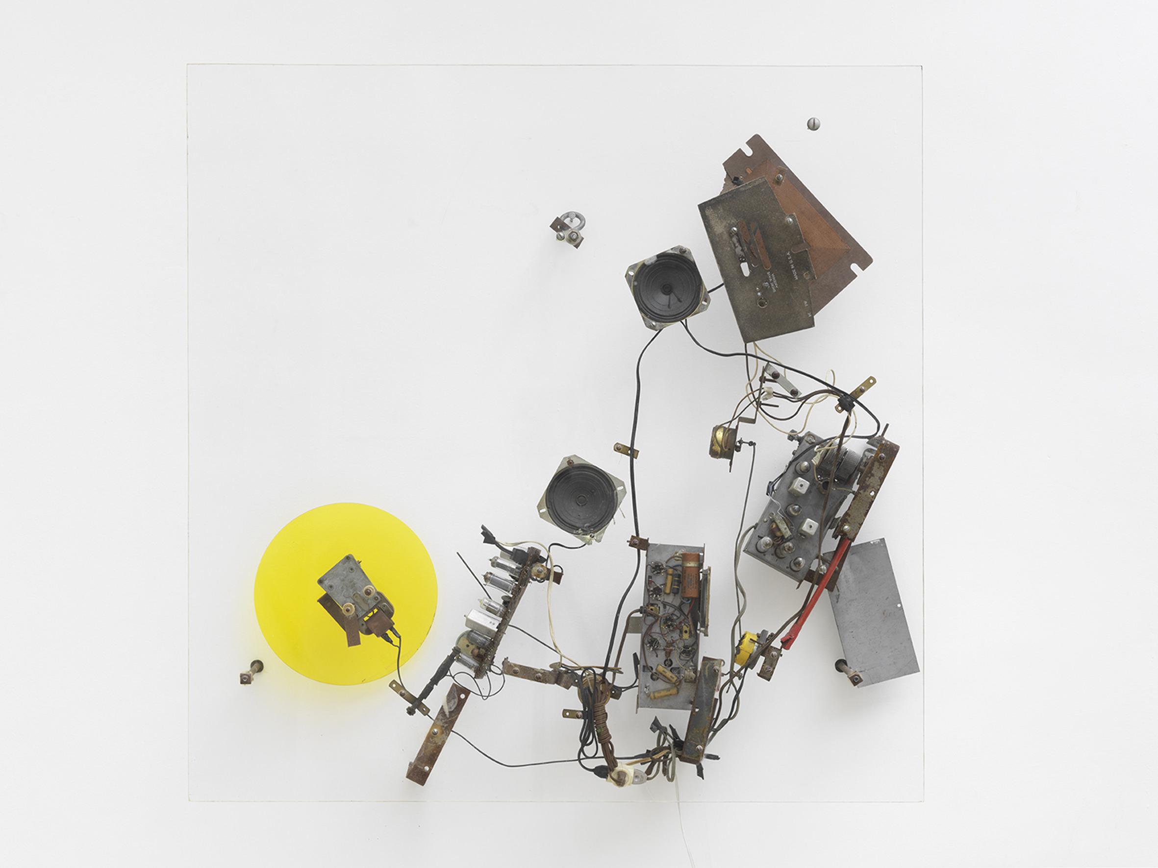 """Radio jaune,Jean Tinguely,Radio WNYR 10, (Catalogue Raisonné n°1139 sous le n°12),1962. Feuilles de plexiglas, fixations en métal, radio, moteur électrique.107 x 107 x 18 cm / 42 1/8 x 42 1/8 x 7 1/8 in.Numéroté n°10, signé et daté (gravé) Courtesy NCAF et Galerie GP & N Vallois, Paris Photo: André Morin   Tinguely préférait d'ailleurs dynamiter (littéralement) le musée. Une vidéo projetée galerie Vallois en atteste : invité par le MoMA à New York en 1960, l'artiste y installe l'une de ses machines autodestructrices qui met le feu au musée. """"La légende veut que ce soit le père de Jean Tinguely qui ait appelé lui-même les pompiers"""", s'amuse à raconter la galeriste Nathalie Vallois.   """"L'artiste suisse révèlesa double face: sale gosse et magicien des temps modernes.""""   Cette réflexion sur la destruction et la pulsion de mort de l'homme moderne est encore à l'œuvre dans une autre vidéo documentant son intervention dans le désert du Nevada. Avec sa compagne Niki de Saint Phalle, Jean Tinguely se rend en 1962 là où ont lieu les essais nucléaires aux États-Unis pour y créer une explosion: Study for an End of the World No.2. Derrière la bravade un peu comique (on dit qu'il aurait emporté la dynamite sur lui dans l'avion entre Paris et les États-Unis), Tinguely savait orchestrer avec soin une critique acerbe d'une époque mortifère pas si éloignée de la nôtre."""