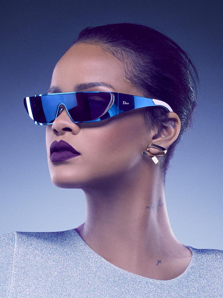 Femme Dior de la campagneSecret Garden IVen 2015,Rihannarenouvelle sa collaboration avec la maison parisienne et imagine une paire de lunettes futuristes. Si Rihanna est déjà connue du monde de la mode,elle confirme ici sa légitimité en tant que créatrice.  La paire de lunettes de soleil imaginée parla chanteuse deNeeded Meassocie lignes ultra épurées, accents futuristes et couleurs métallisées.  À découvrir en juin dans les boutiquesDior.  Retrouvez notre portrait de Rihanna.