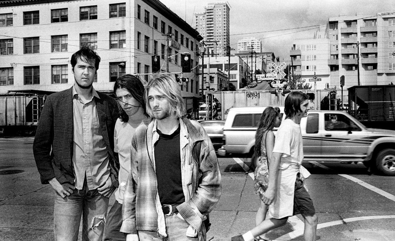 """Nirvana — Seattle (1993), de Renaud Monfourny.  Renaud Monfourny, Sui Generis  Les protagonistes des photographies de Renaud Monfourny défient les spectateurs du regard. Ils semblent s'être mis à nu et demander """"Et alors ?""""comme si l'on s'était introduit dans leur intimité sans invitation, les ayant surpris à un moment de vulnérabilité. C'est une collection de portraits et de moments dans lesquels les célébrités ont perdus cette force de façade qui les protège et fait d'eux des idoles. """"Il n'est aucunement directif avec ses modèles, il prend ce qu'on veut lui donner, il les laisse 'être'. C'est grâce à tout cela qu'il nous offre un autre regard. Loin du conventionnel de la société et des artifices de la retouche numérique, on voit de vrais gens."""" Lou Monfourny, cocommissaire de l'exposition. Désarmant.  Renaud Monfourny, Sui Generis, jusqu'au 27 mars à laMaison européenne de la photographie, 5/7, rue de Fourcy, ParisIVe."""