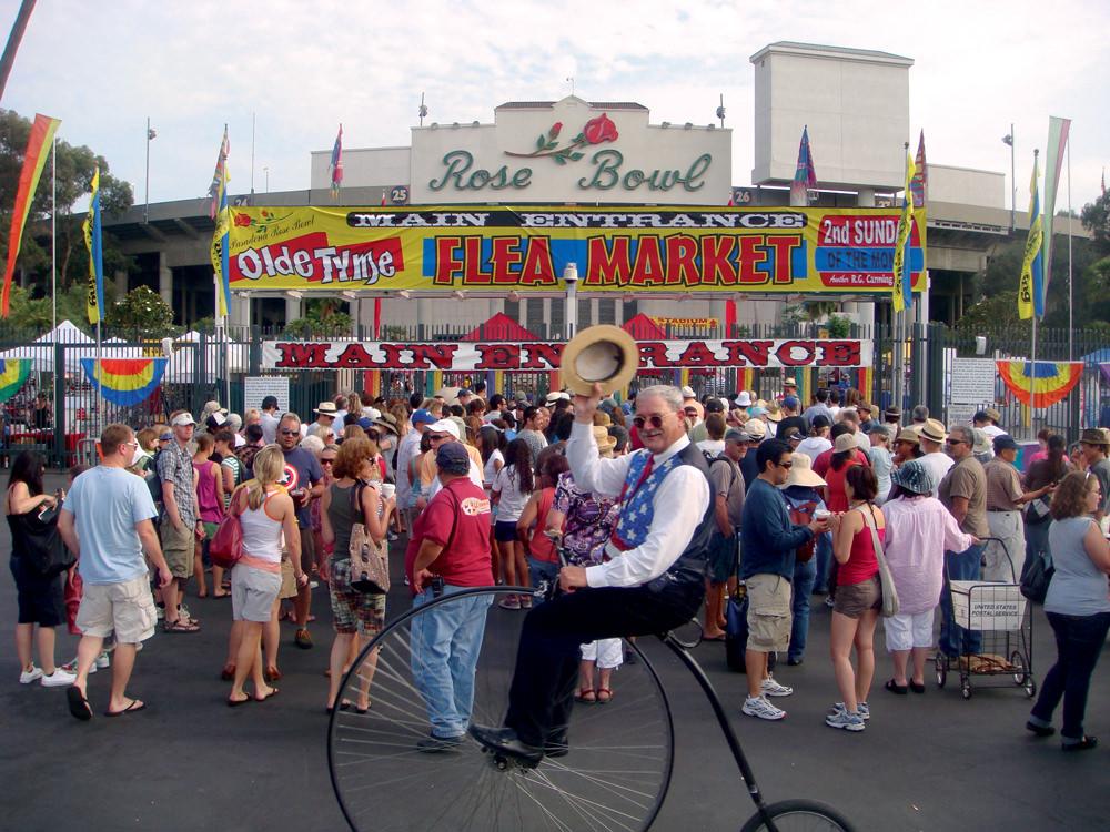 Shopping ROSE BOWL FLEA MARKET Tous les deuxièmes dimanches du mois se tient le marché aux puces le plus intéressant de la région, qui est sans doute, aussi, l'un des plus connus au monde. On s'y perd, mais il y a toujours des af faires à faire. Je vous consei l le de vous lever aux aurores, car il est littéralement pris d'assaut par ses 45 000 visiteurs. 1001 ROSE BOWL DRIVE, PASADENA