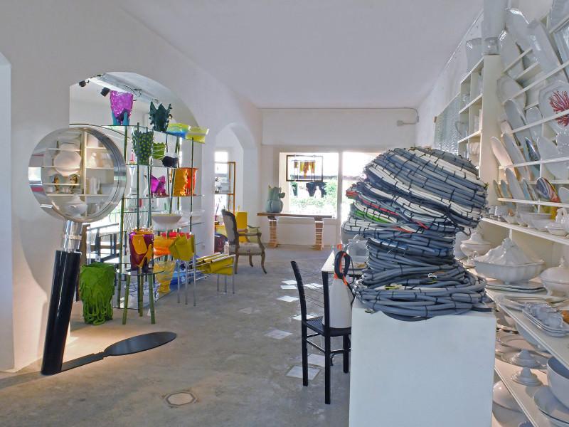 Le concept-store éphémère de Rossana Orlando  Galerie, concept-store, boutique design, il est difficile de nommer l'espace hybride et ephémère crée par la milanaise Rossana Orlando. Expert en design contemporain, féru d'architecture et de décoration, elle a voulu proposer un lieu où l'on peut aussi bien admirer les oeuvres du designer Maarten Baas qu'acheter un miroir crée par Nata Janberidze et Keti Toloraia. Un mélange des genres absolument réussi.  http://rossanaorlandi.com/