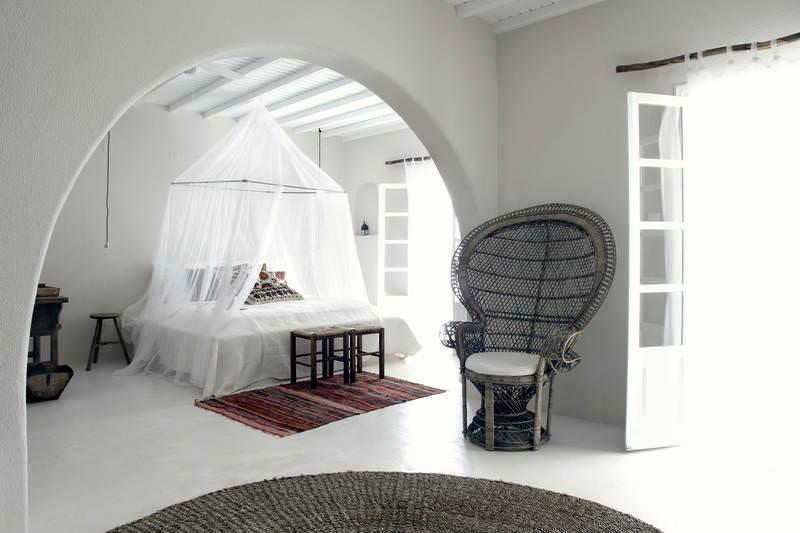 """Longue nuit au San Giorgio  Situé à 300 mètres du célèbre Paradise Club, l'hôtel San Giorgio est le lieu idéal pour se ressourcer après quelques nuits agitées. Instigateur d'un nouveau luxe bohème, le lieu s'inscrit dans un cadre authentique et minimaliste. Ses deux fondateurs, Thomas Heyne et Mario Hertel, anciens gérants du Paradise Club, ont voulu proposer différents types de chambres pour combler toutes les envies : de la chambre """"Basico"""" à la chambre """"Mare"""" avec vue sur la mer, en passant par la """"Famosa Suite"""" avec jardin et terrasse privée. Un lieu idéal où se mêlent luxe, calme et volupté.  sangiorgio-mykonos.com"""
