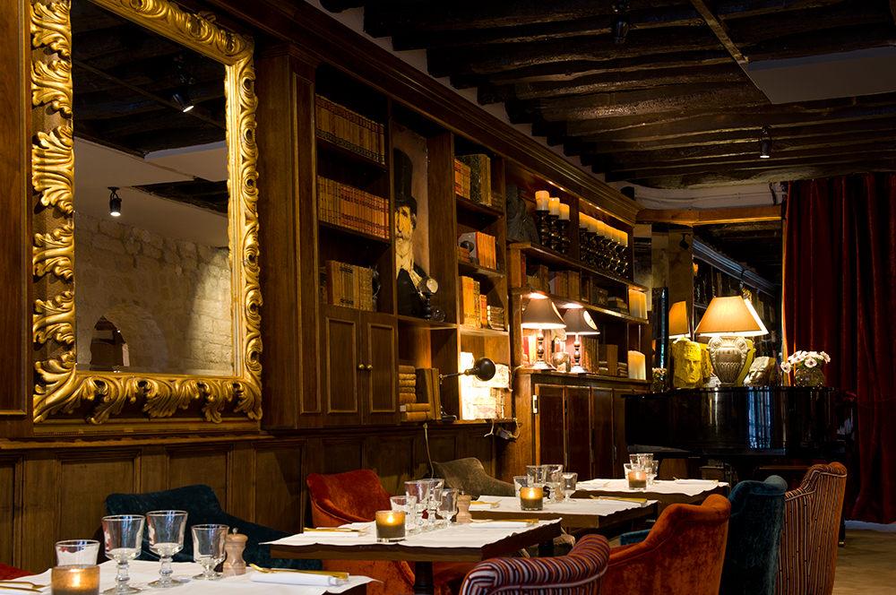 Le Monteverdi  Le Monteverdi est de ces endroits qui vous font voyager dès la porte franchie. Loin de la décoration froide et aseptisée des adresses branchées, ce restaurant italien, niché rue Guisarde à deux pas de chez Castel, se débarrasse de tous les clichés de la trattoria. Il y a un an, Claudio Monteverdi donnait en effet les clés de son établissement à Valérie Balard, qui a entièrement rafraîchi la décoration en préservant l'âme du lieu. Chaleureux et enchanteur, le décor séduit en quelques secondes avec ses fauteuils en velours Hermès ou Dedar, ses bibliothèques et ses livres anciens, son cabinet de curiosités, sa vaisselle raffinée, ses bois foncés et briques apparentes. Un lieu aussi accueillant qu'animé. D'ailleurs, c'est en entendant les premières notes de piano que la vraie magie opère: Brel, Piaf, Renaud, des airs jazzy la semaine ou de la musique plus rythmée le week-end. Le fond du restaurant abrite également deux petits salons privatisables (l'un d'eux est même pourvu d'une cheminée), pour déguster dans des ambiances très différentes lasagnes de veau, bruschettas aromatisées à la truffe, calamars frits ou spaghettis al vongole. Un vrai dépaysement.  5, rue Guisarde,Paris VIe, tél. : 01 42 34 55 90.
