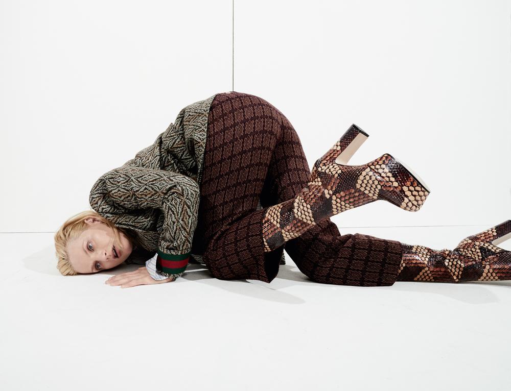 Veste et pantalon en laine, et bottes, GUCCI. Chemise en coton, CHARVET.