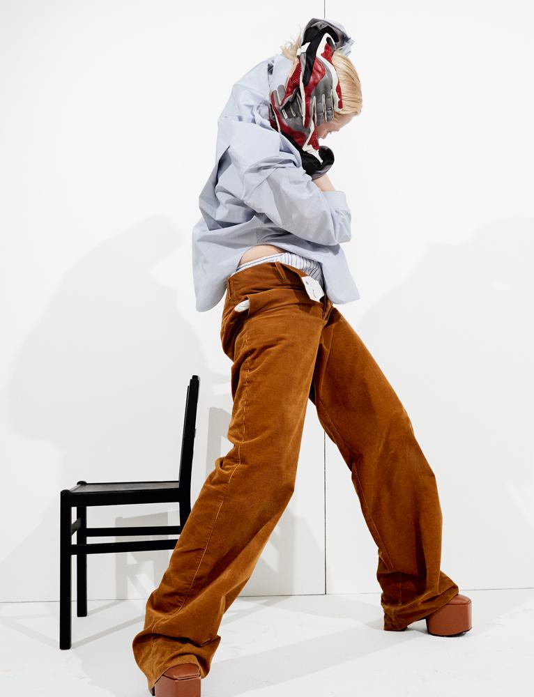 Chemise d'homme en popeline micro-rayée, cuissardes à plateformes et gants, BALENCIAGA. Caleçon, CHARVET. Pantalon en coton, LACOSTE.